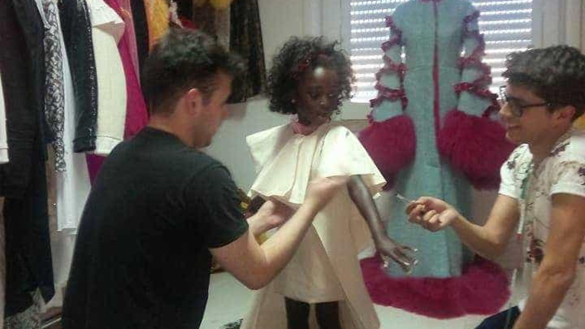 Filha de Eduardo Beauté nas provas do vestido para os Globos de Ouro