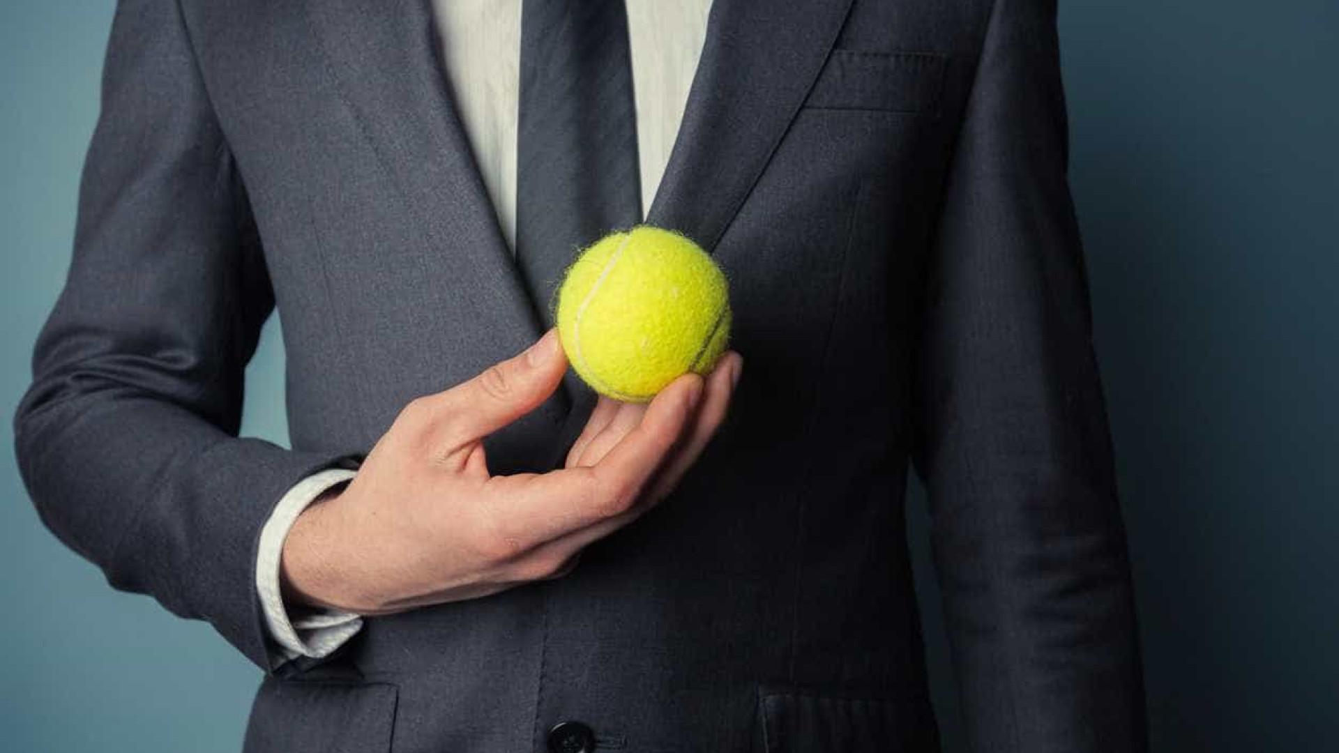 Da próxima vez que viajar de avião, leve uma bola de ténis consigo