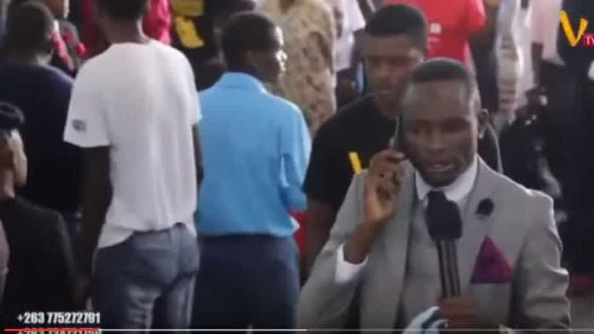 Pastor do Zimbabué telefona a Deus à frente da congregação