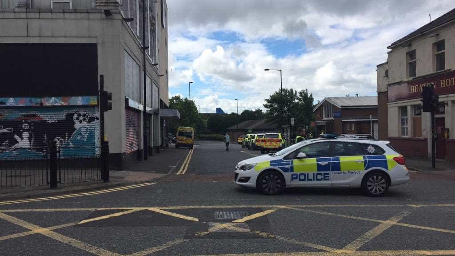 Em atualização Homem armado que fez reféns em Newcastle foi detido