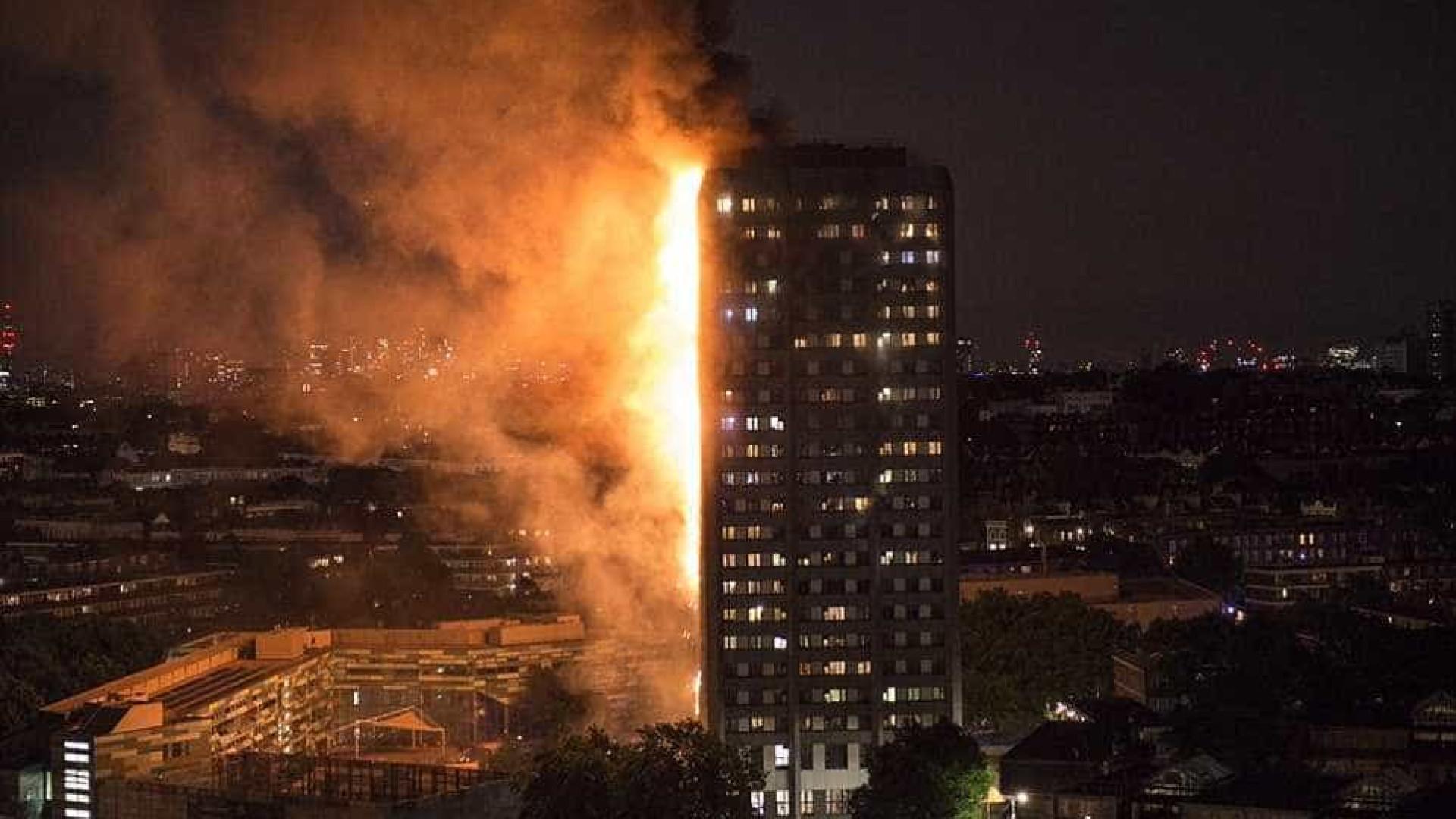 Incêndio de grande dimensão atinge edifício de 27 andares em Londres