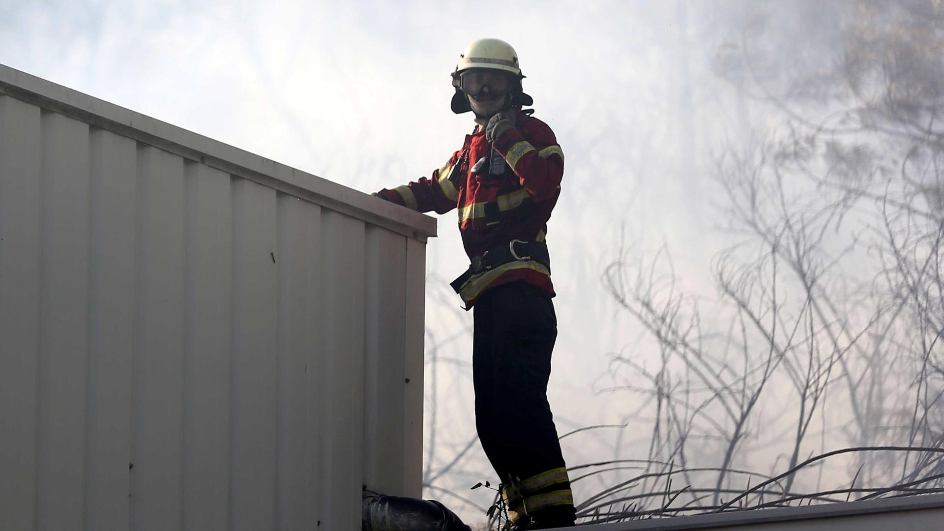 Incêndio destrói alfarrabista e obriga a retirar moradores das casas