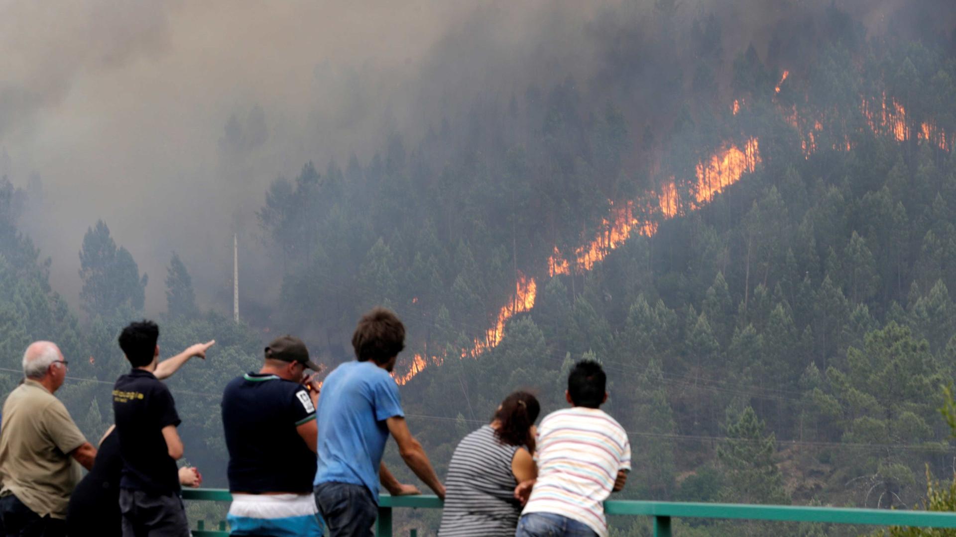 """Recomendações das autoridades não afastam """"mirones"""" do incêndio"""