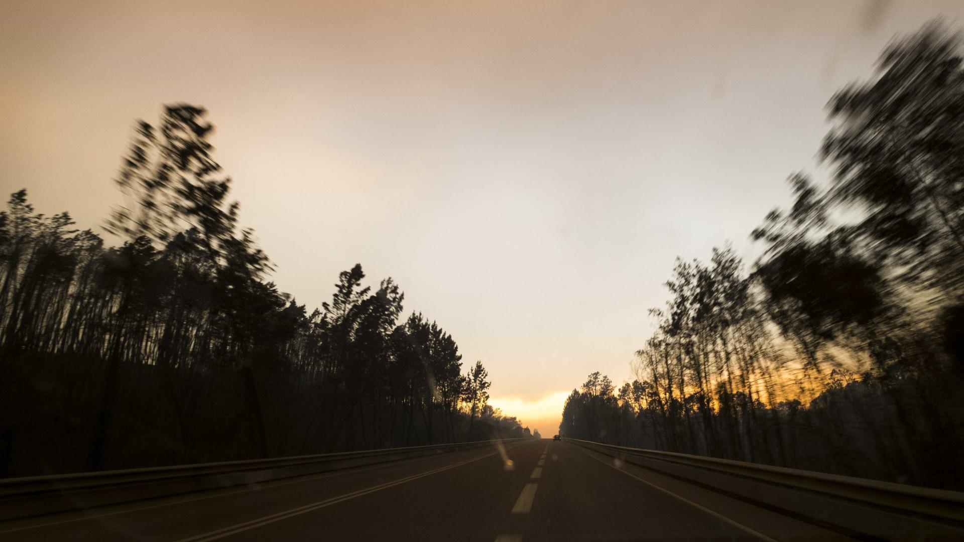 Duas autoestradas e três estradas nacionais cortadas devido aos incêndios