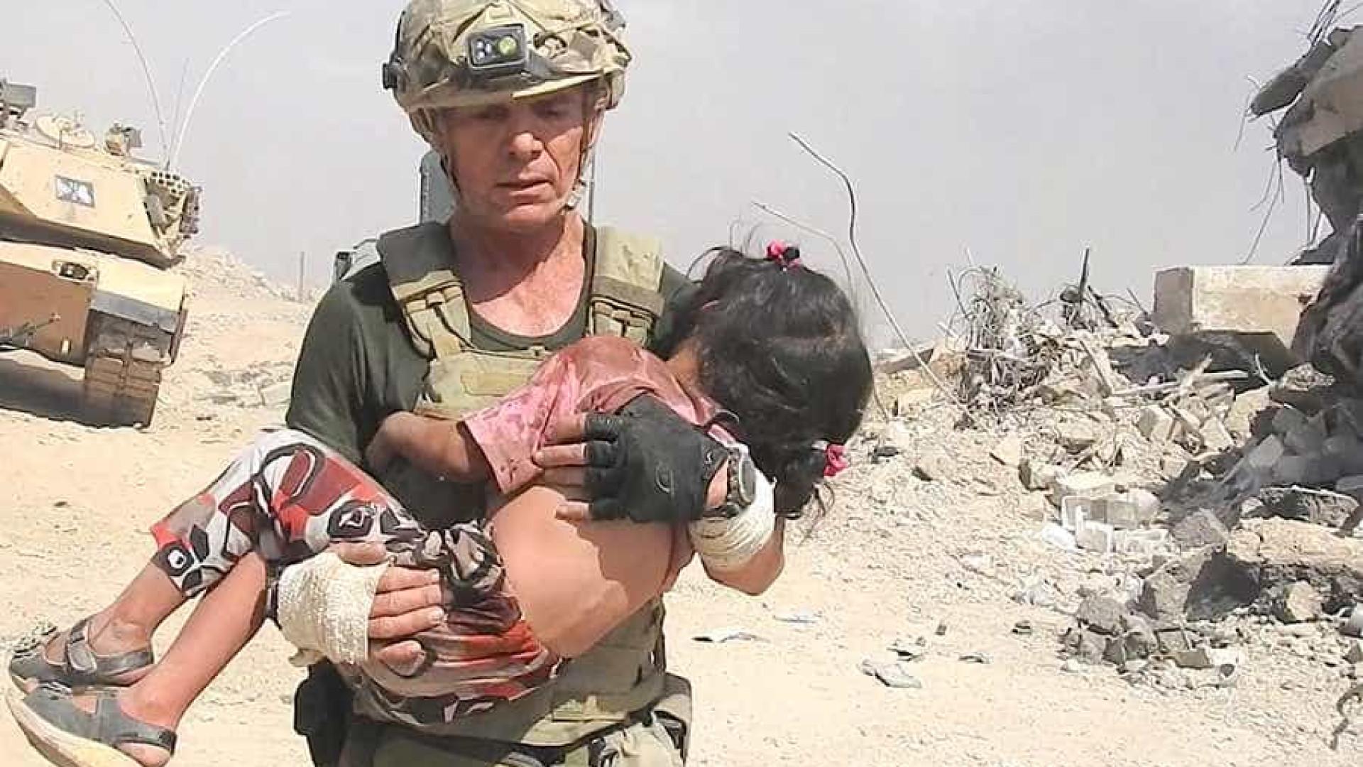 Homem corre entre balas para salvar menina do Estado Islâmico