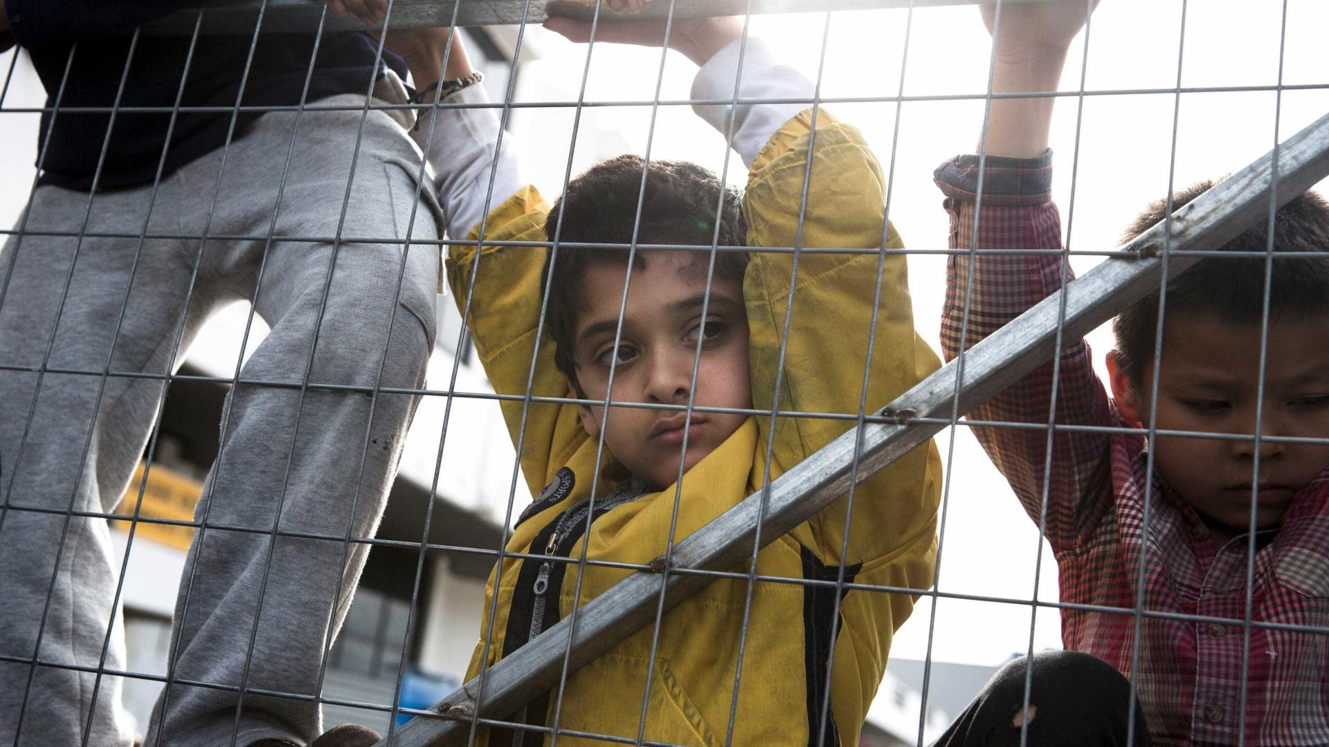 """26 mil crianças refugiadas vivem em """"terríveis condições"""" na Europa"""