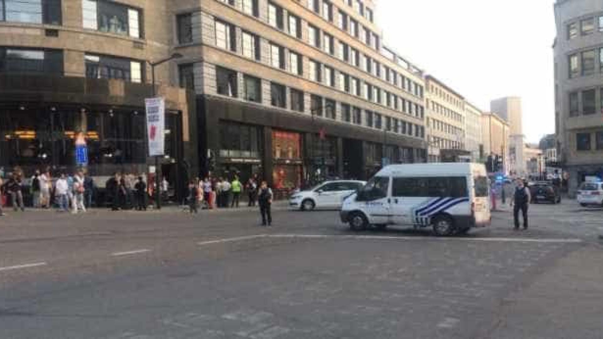 Explosão obriga à evacuação de estação de Bruxelas. Suspeito neutralizado