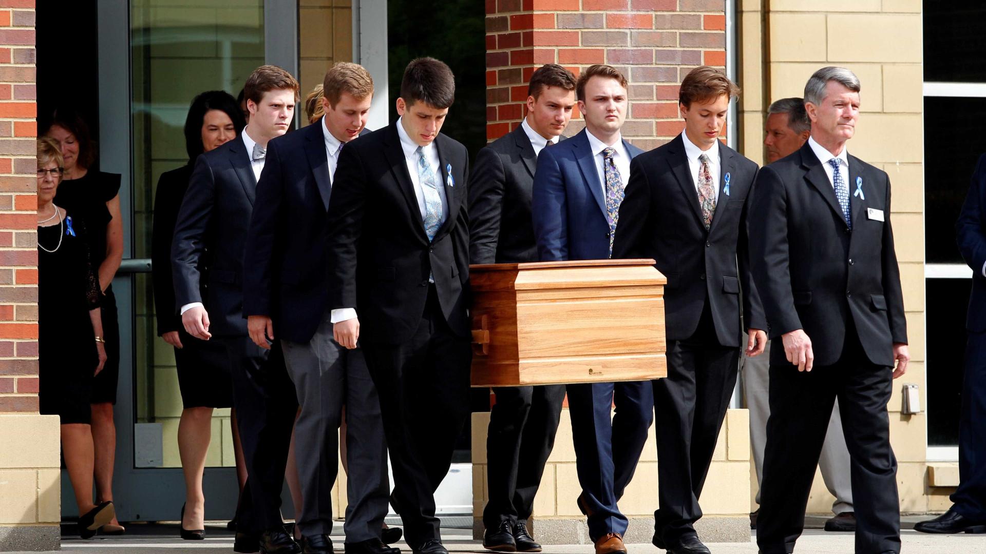 Milhares no funeral do estudante detido pela Coreia do Norte