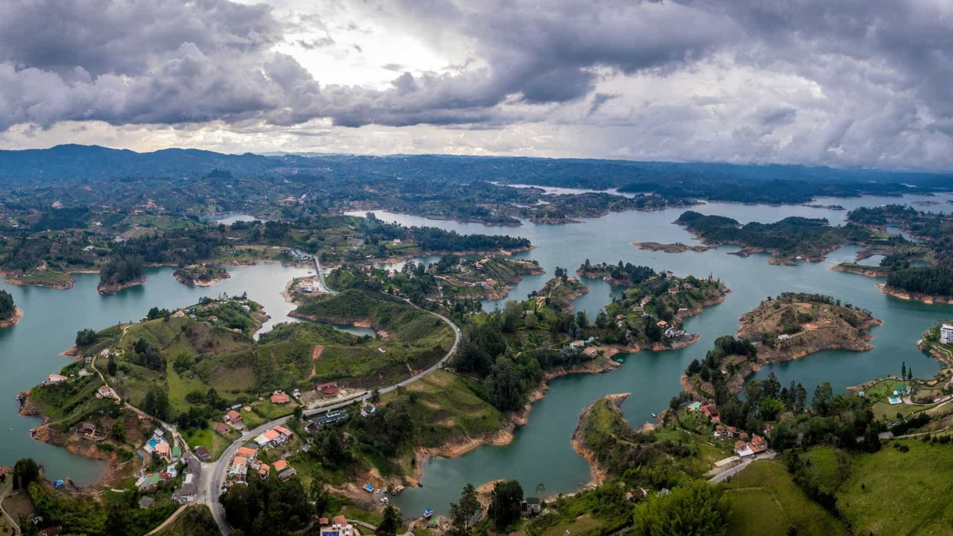 Embarcação que levava 150 turistas naufraga na Colômbia