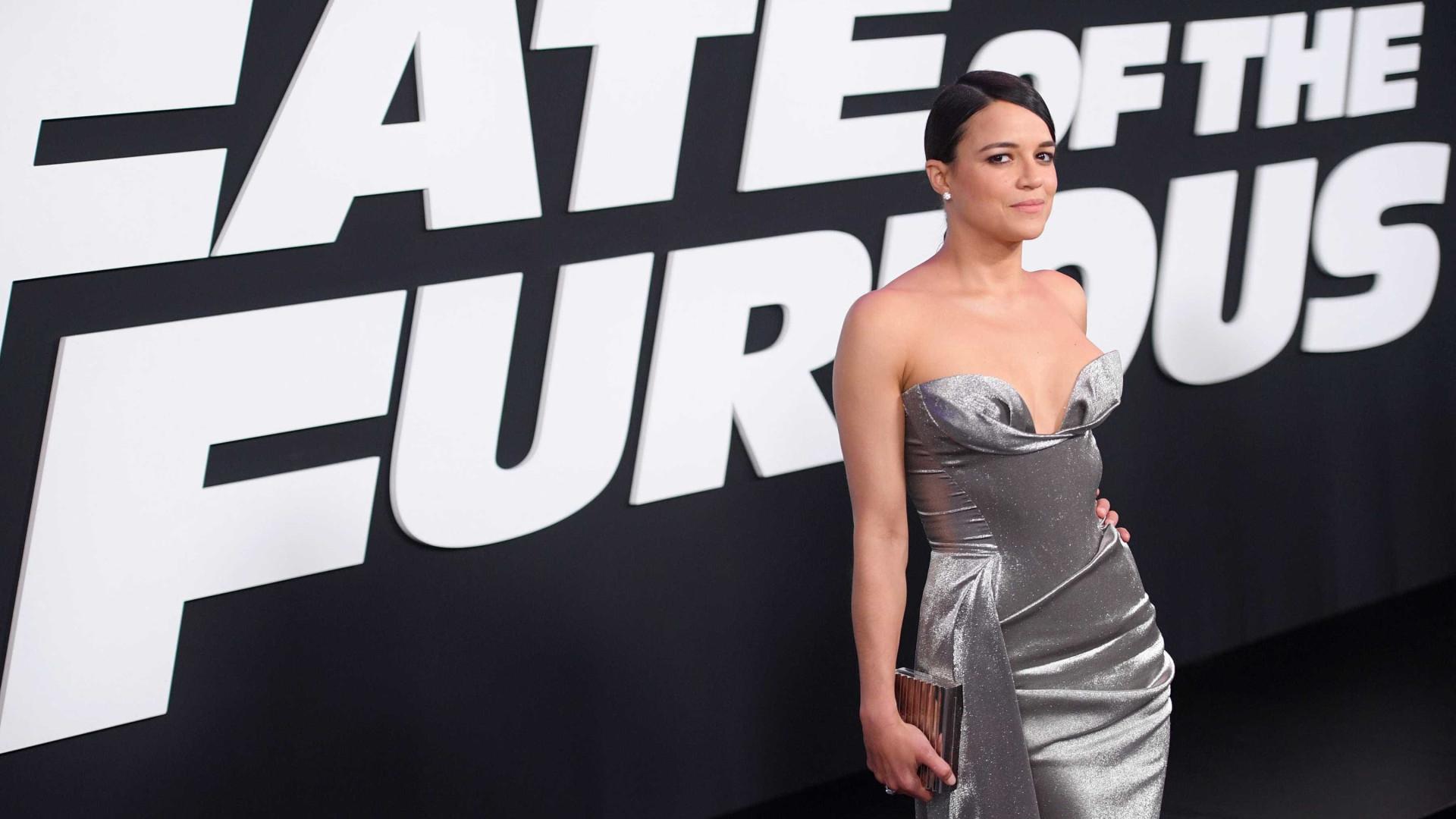 Michelle Rodriguez deixa seio quase de fora em vestido ousado