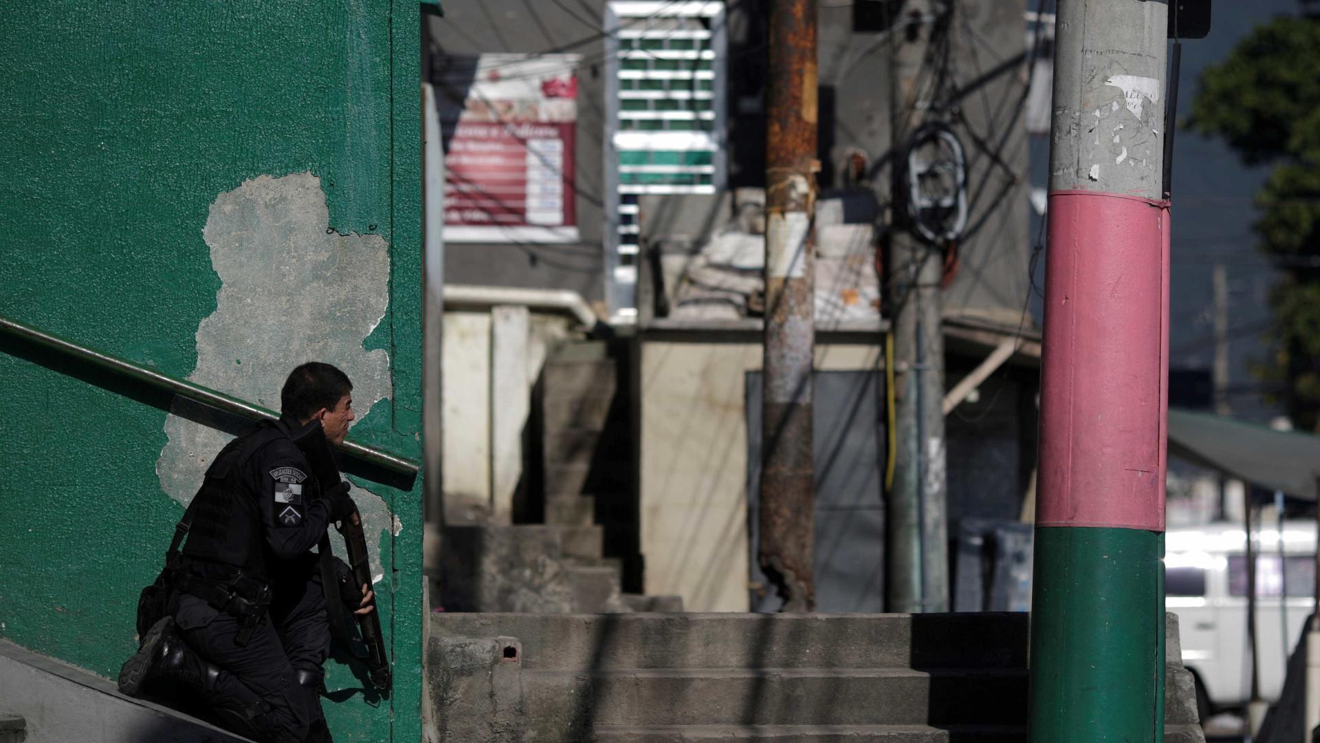 Mãe e filha morrem atingidas por balas perdidas em favela