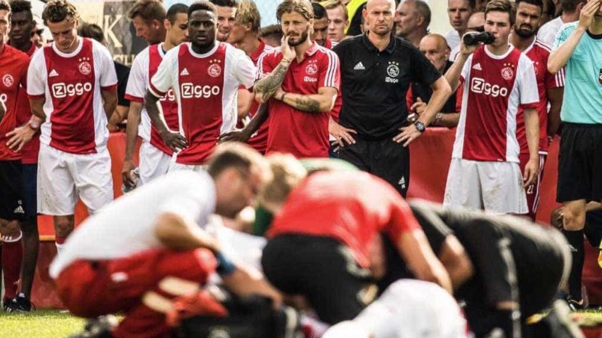Jogador do Ajax causa pânico ao cair inanimado durante um jogo amigável