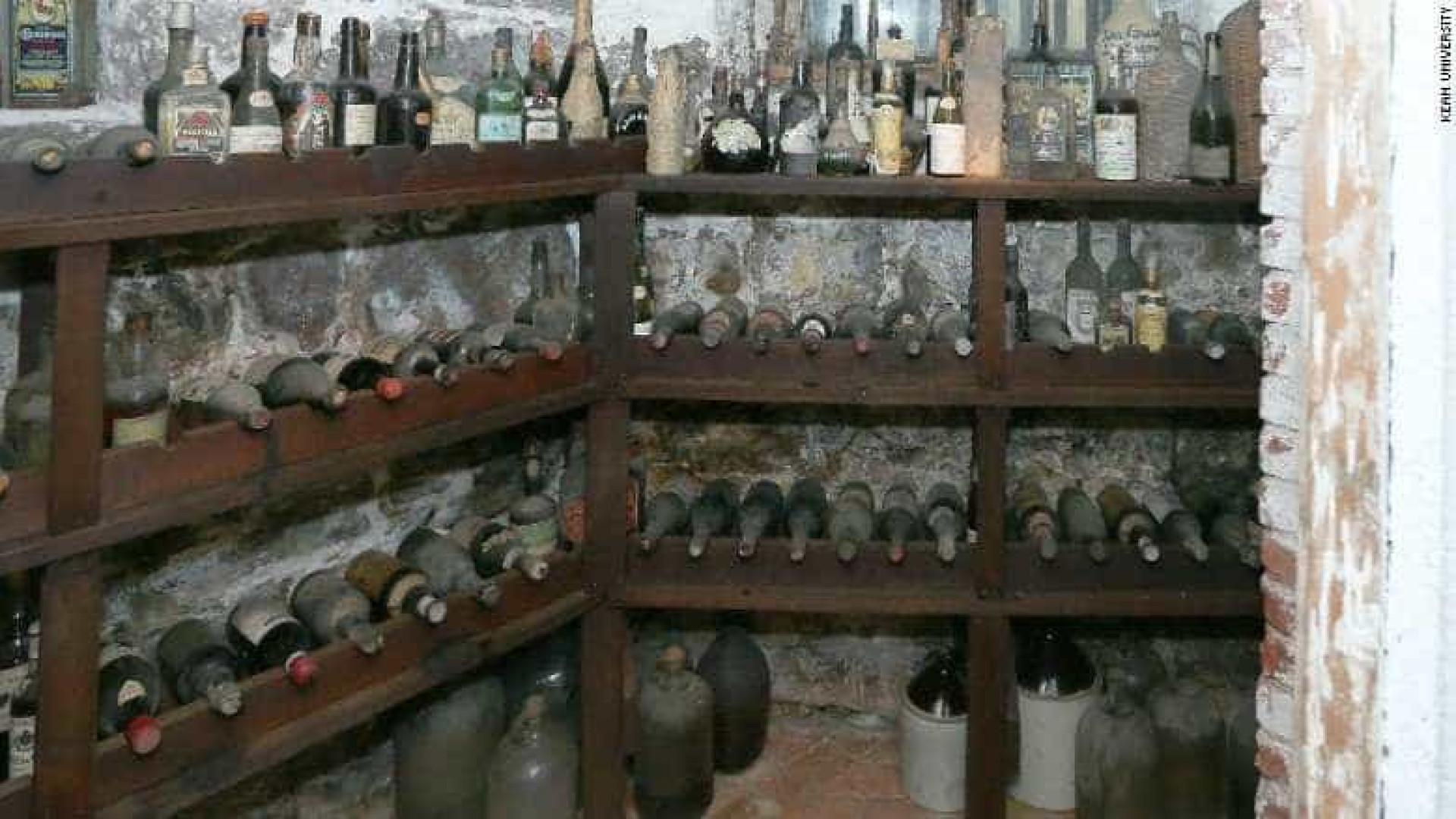 Cave dos tempos da Lei Seca escondia vinhos da Madeira antigos