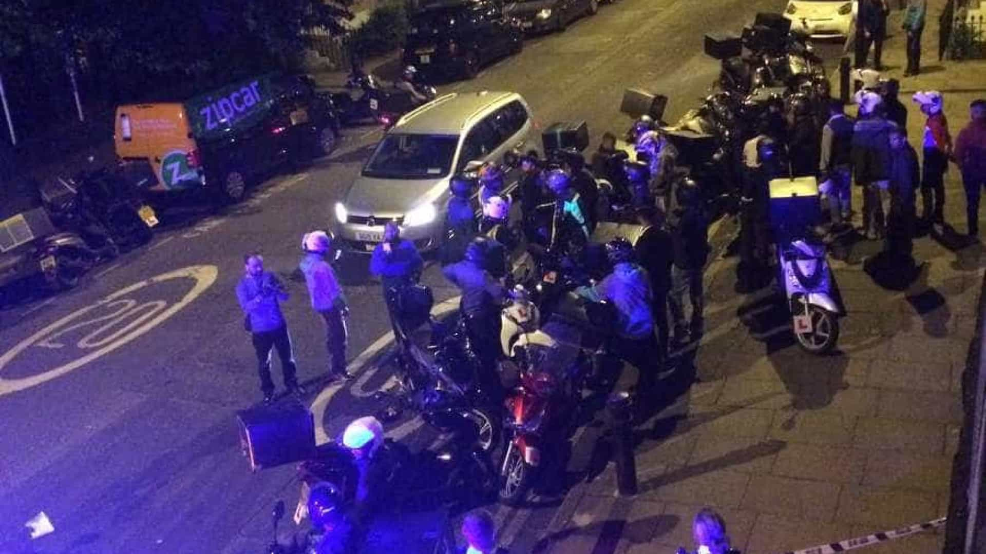 Cinco pessoas atacadas com ácido em Londres por duo em scooters roubadas