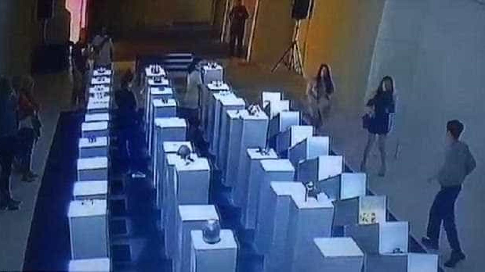 Mulher destrói instalação artística ao tirar selfie