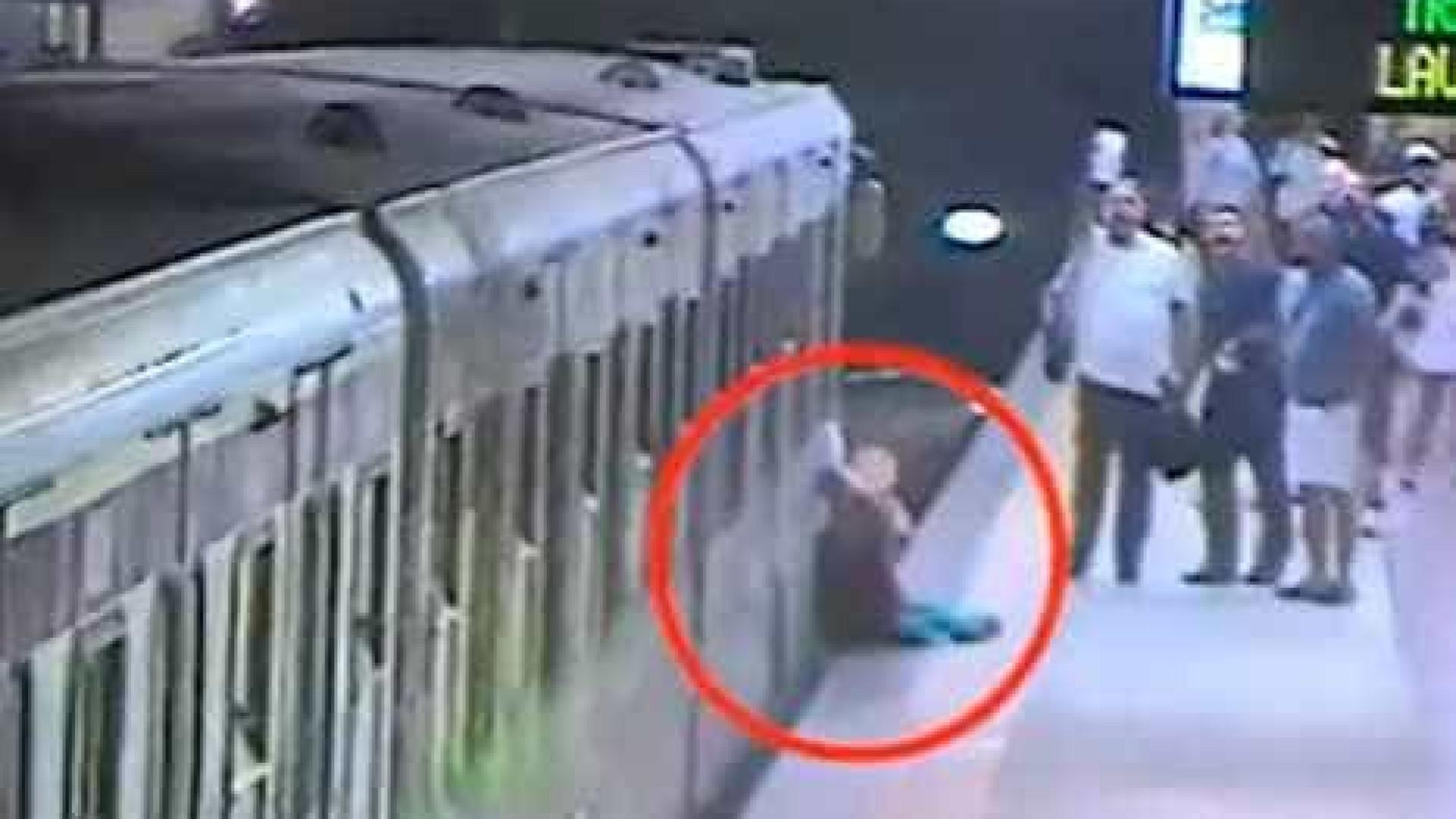 Mulher fica presa e é arrastada por carruagem do metro de Roma
