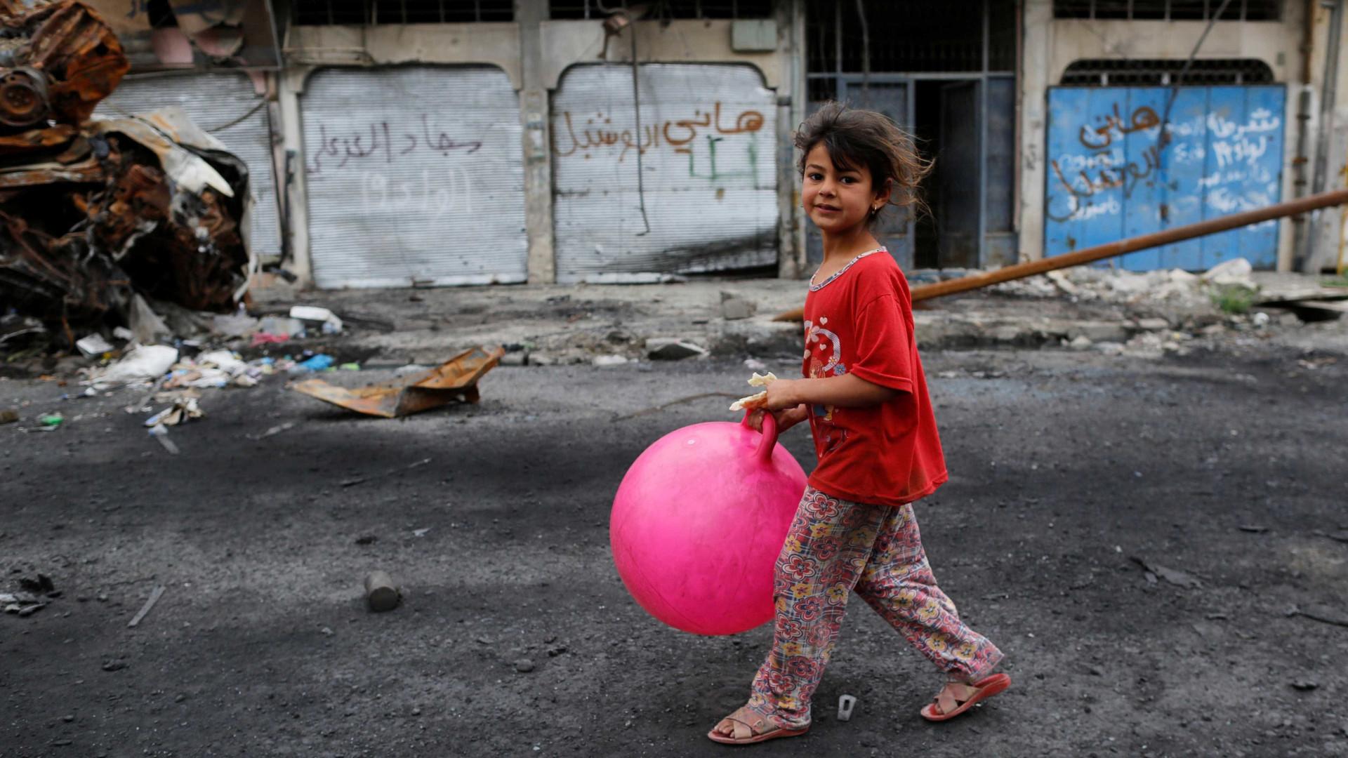 Brincadeiras de criança num 'recreio' que é também campo de guerra