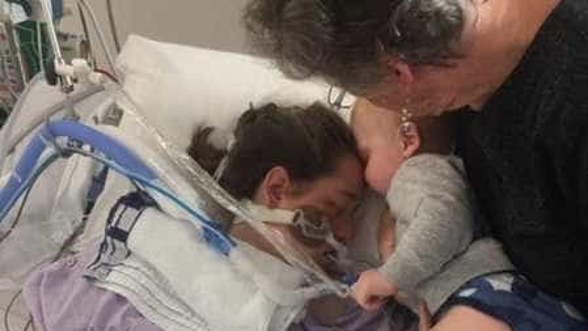O 'último beijo' entre bebé e mãe que morre após dar à luz