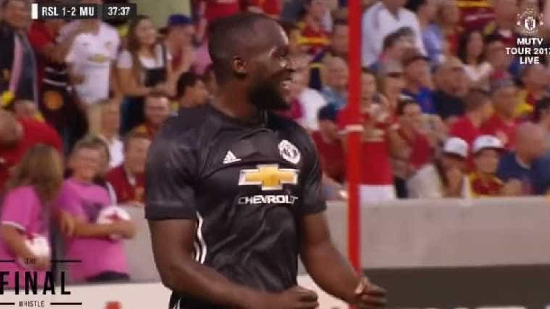 Lukaku bailou, sentou dois e estreou-se a marcar pelo United