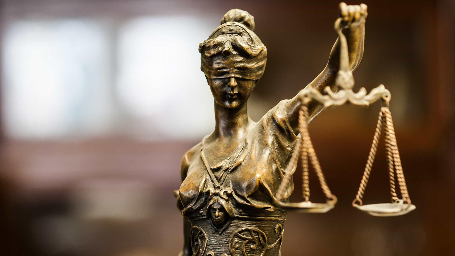 Acusado de matar a mulher a tiro começou a ser julgado