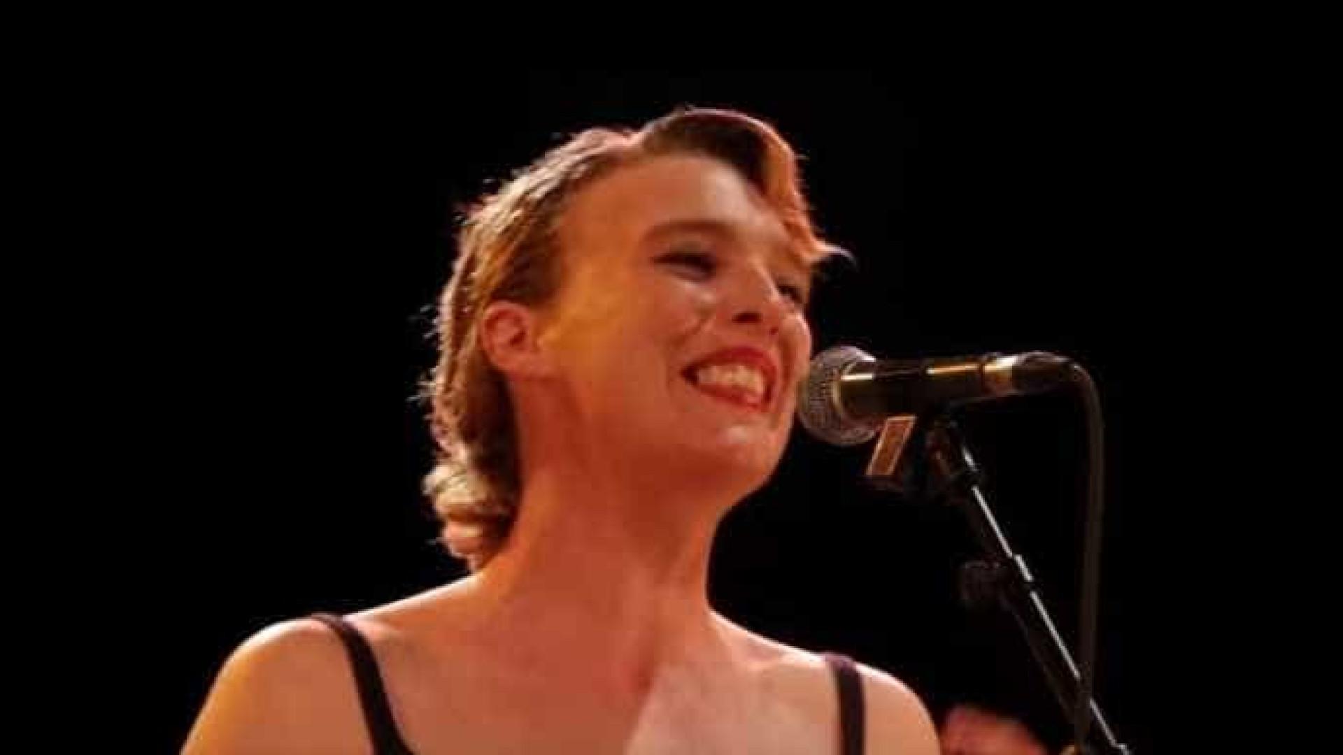 Aos 35 anos, cantora francesa morre no palco durante show