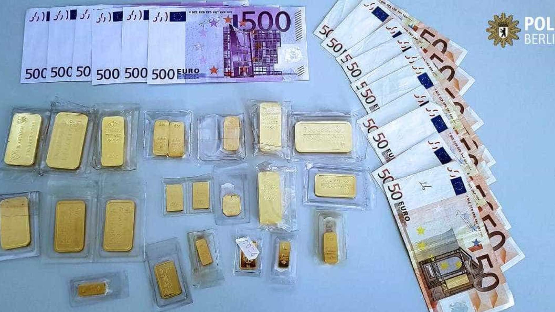 Homem encontra mala cheia de dinheiro à porta de um banco