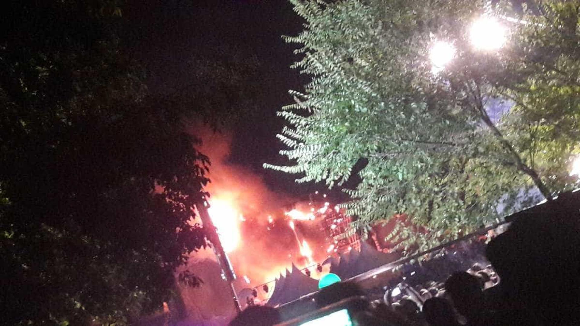 Palco do Tomorrowland pega fogo em Barcelona durante show de pirotecnia