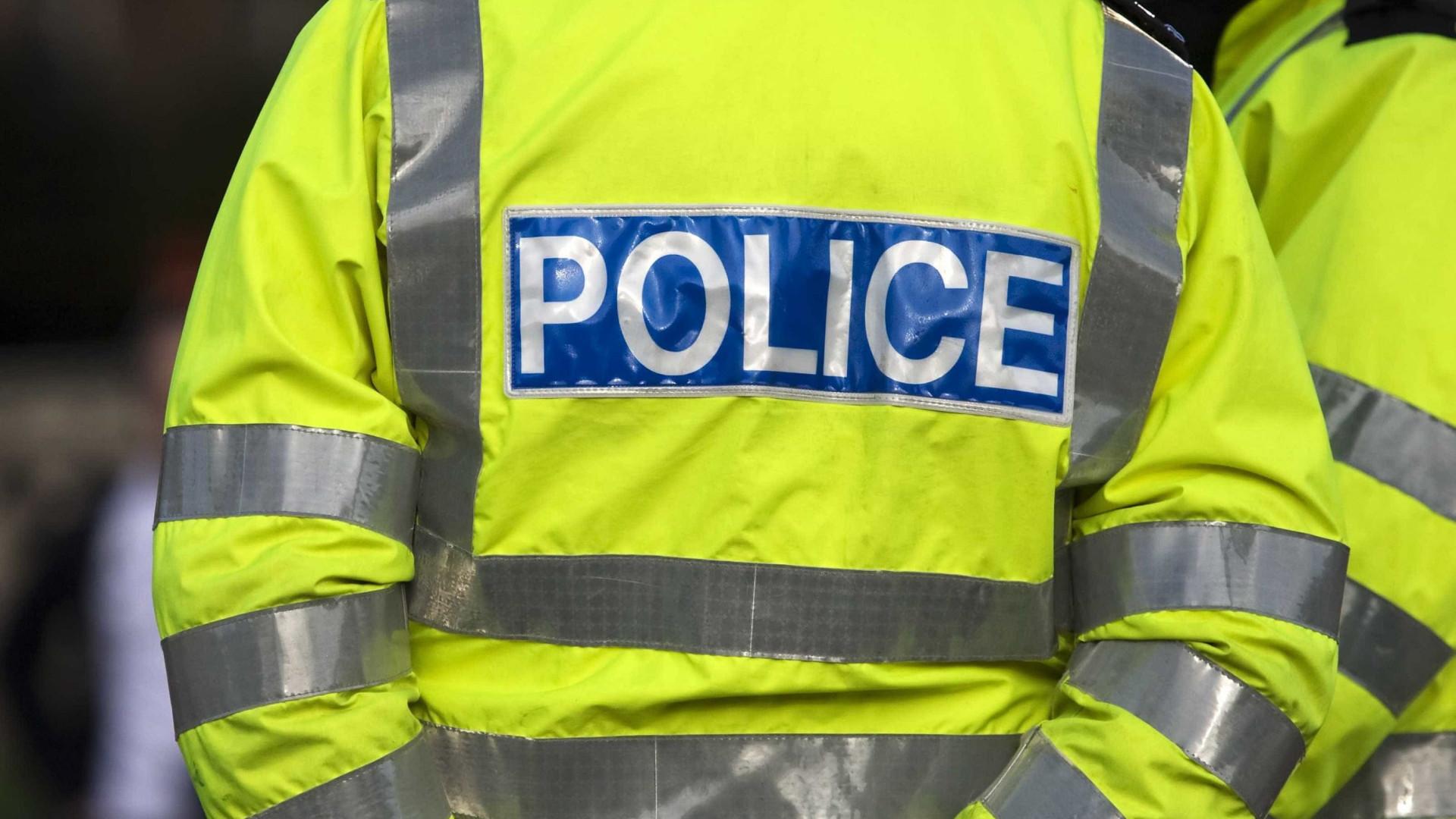 Polícia britânica detém suspeito de empurrar mulher contra autocarro