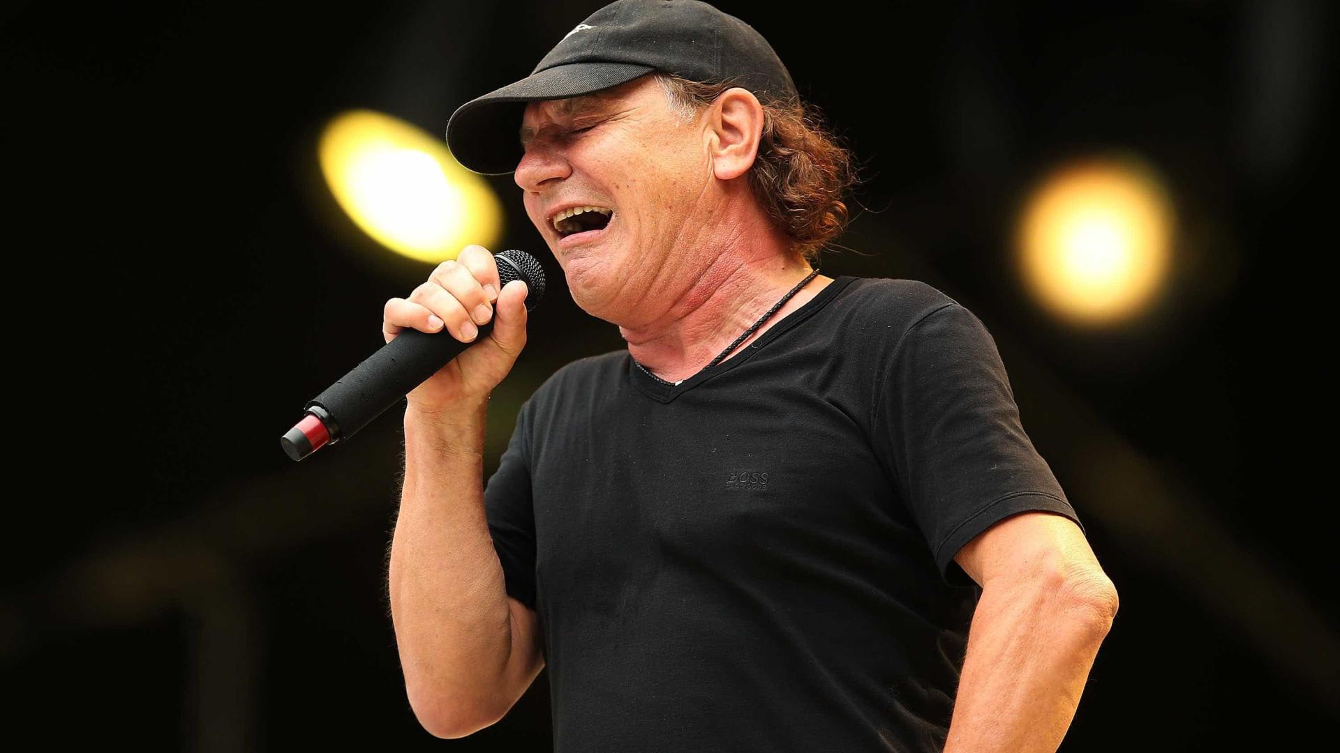 Ex-vocalista dos AC/DC sofre aparatoso acidente em corrida de clássicos