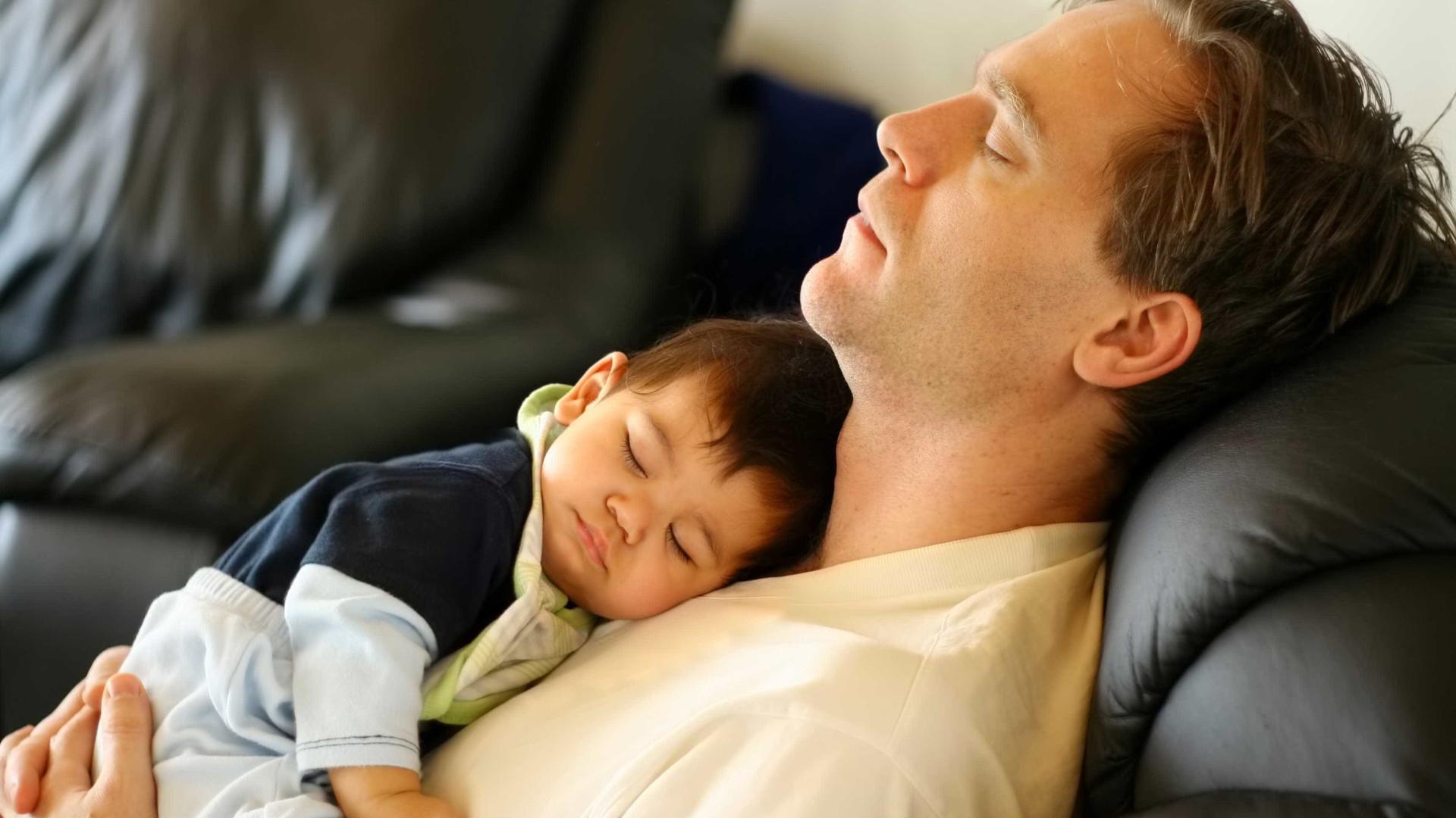Por que nunca deve deixar o bebé dormir no seu peito