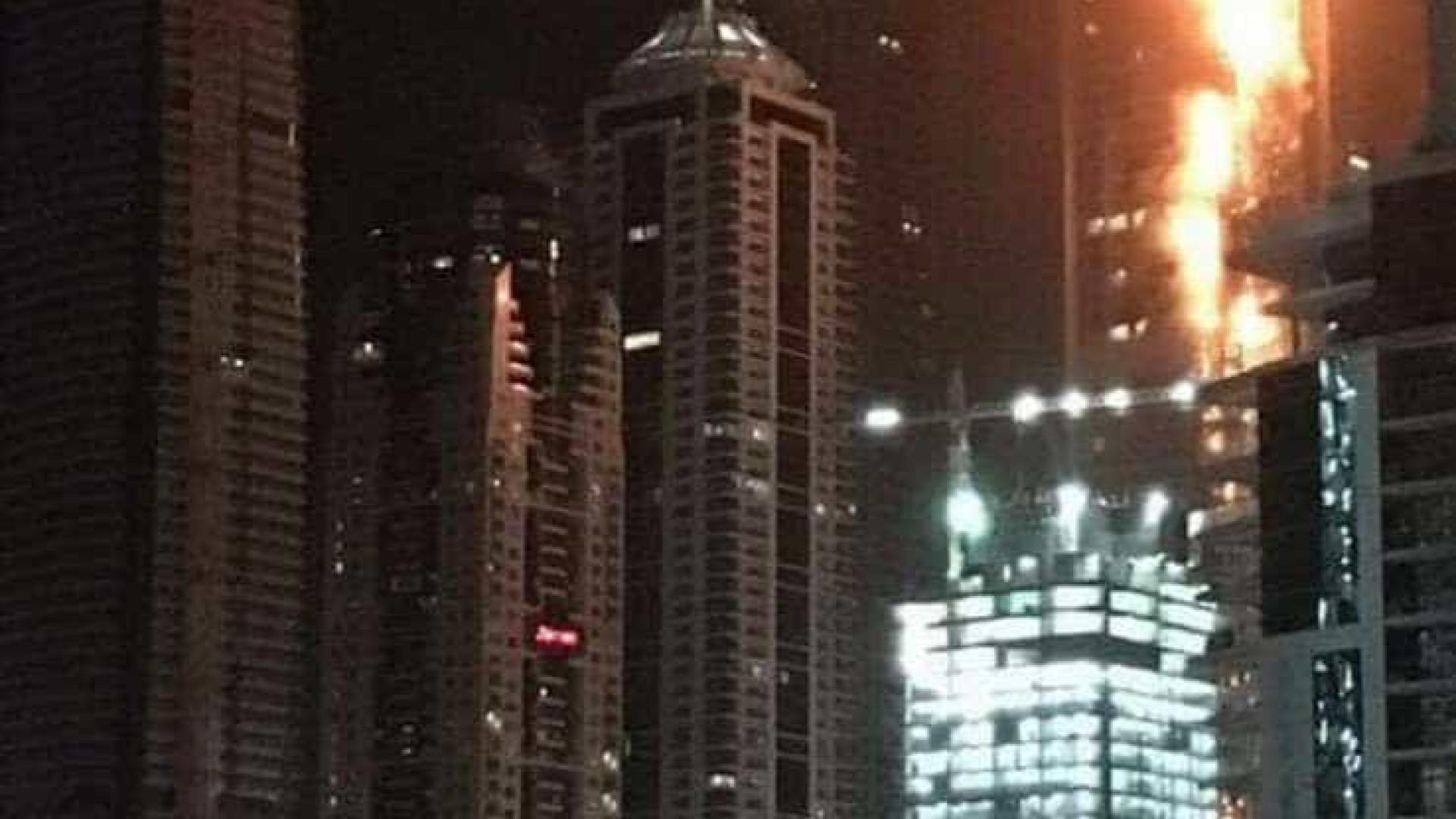 Incêndio atinge arranha-céu em Dubai. Veja vídeo