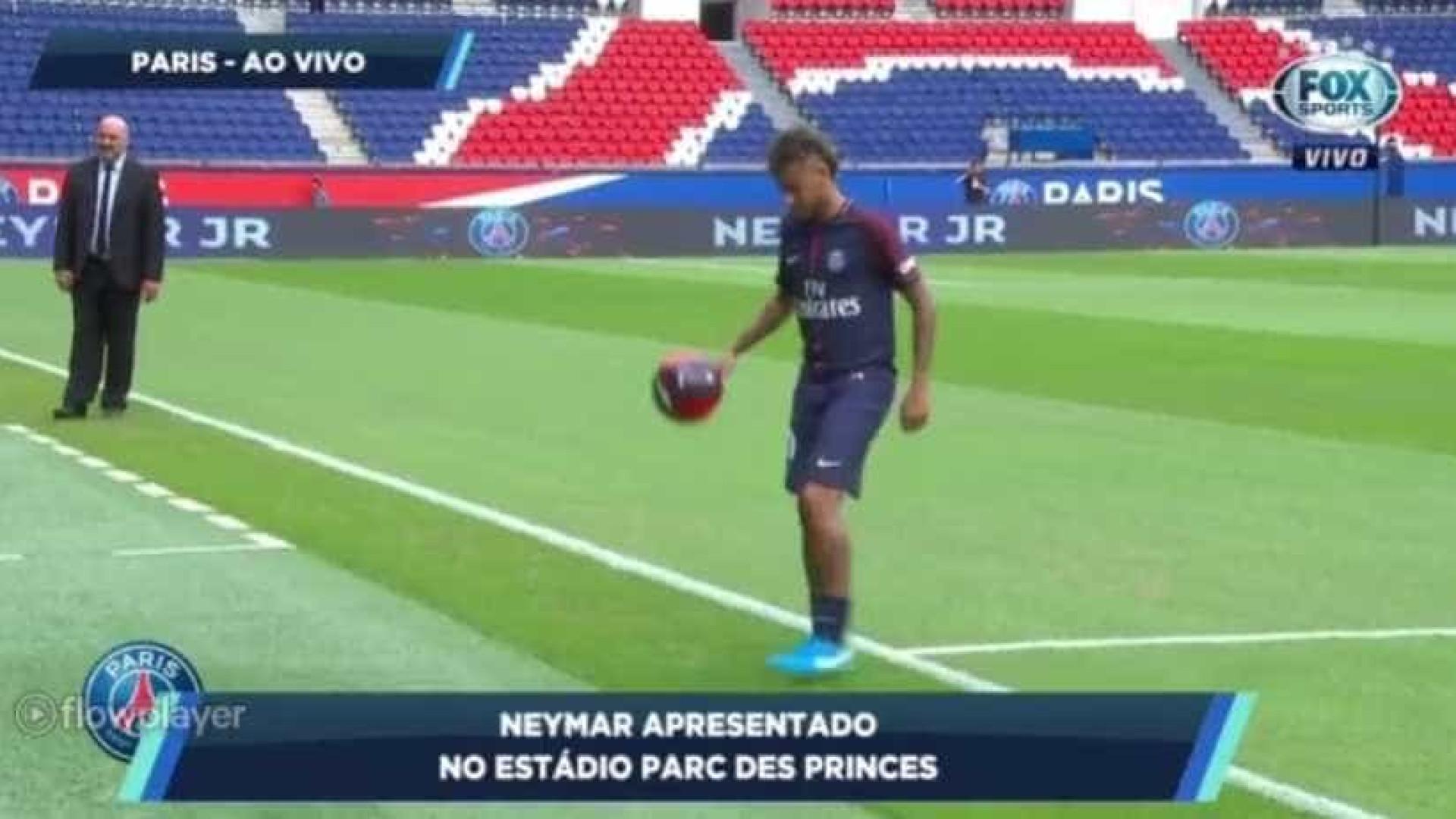 Neymar, vestido à PSG, deu 'cheiro' de magia no Parque dos Príncipes
