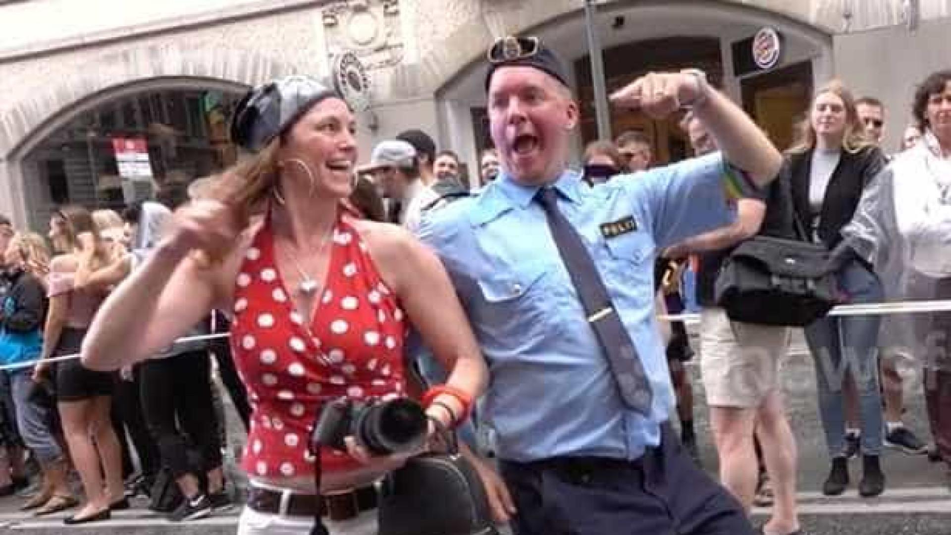 Polícia dança ao som do 'Despacito' durante parada Pride de Estocolmo
