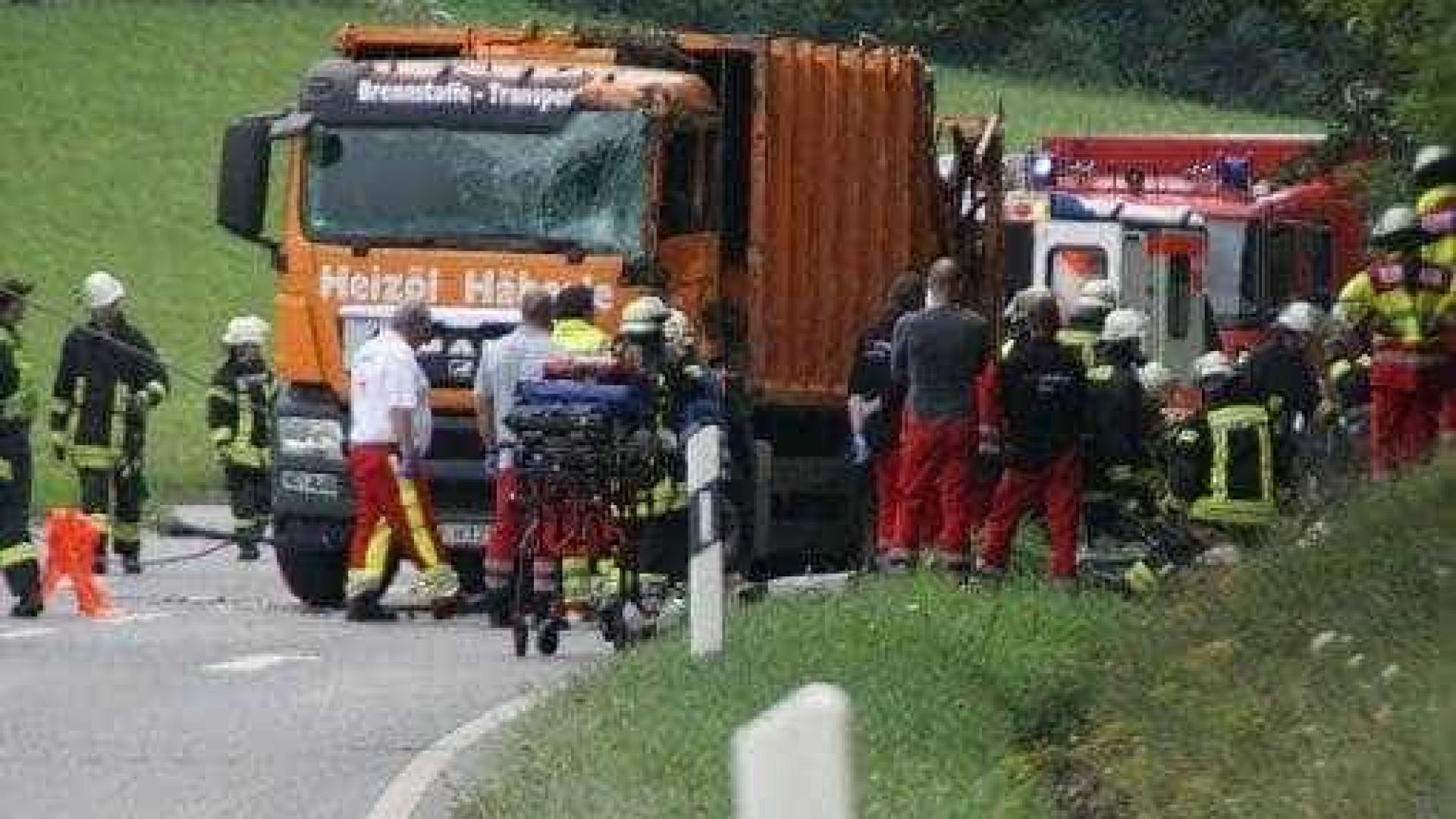 Camião do lixo cai sobre carro. Cinco pessoas morreram