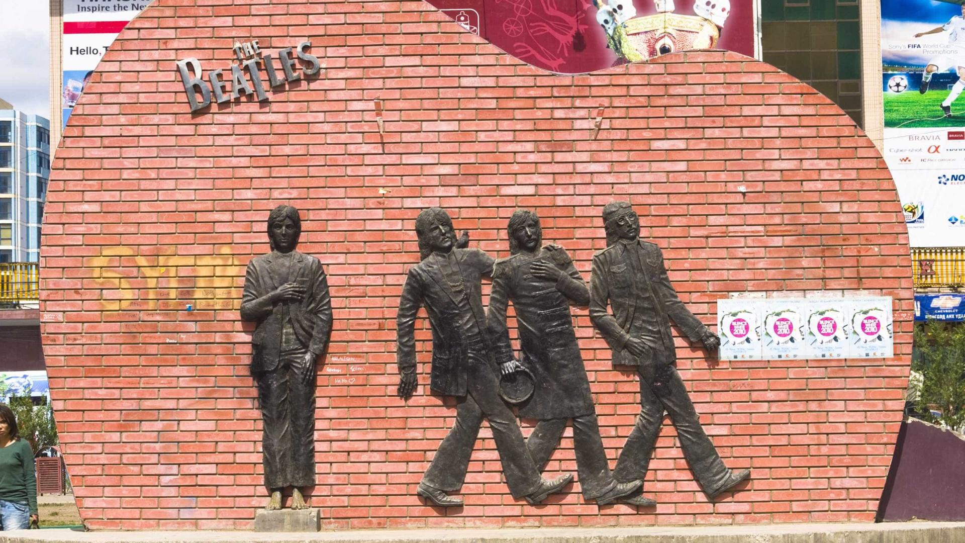 Centenas juntam-se na Mongólia para defender monumento local aos Beatles