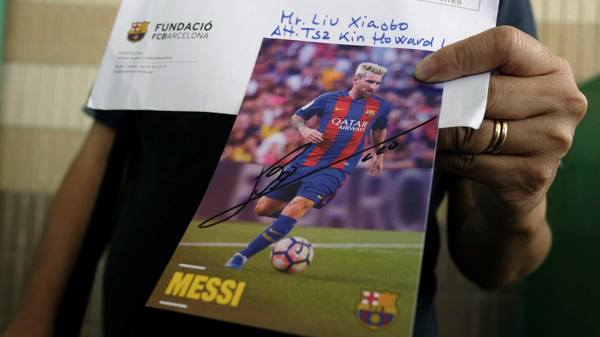 Ativista acusa China de lhe ter agrafado as pernas devido a foto de Messi