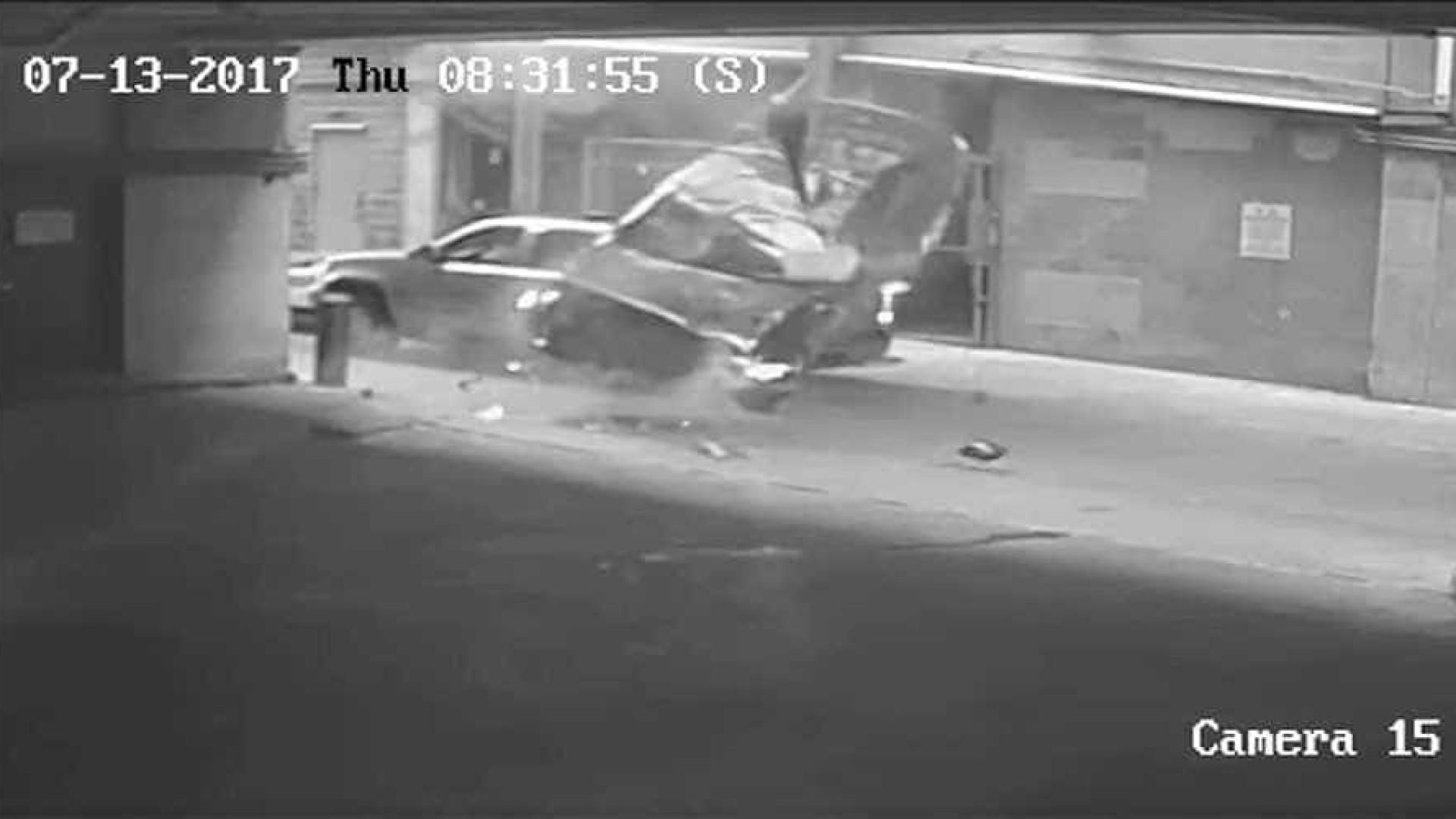 Carro cai do sétimo piso de um parque e atinge outro que circulava na rua