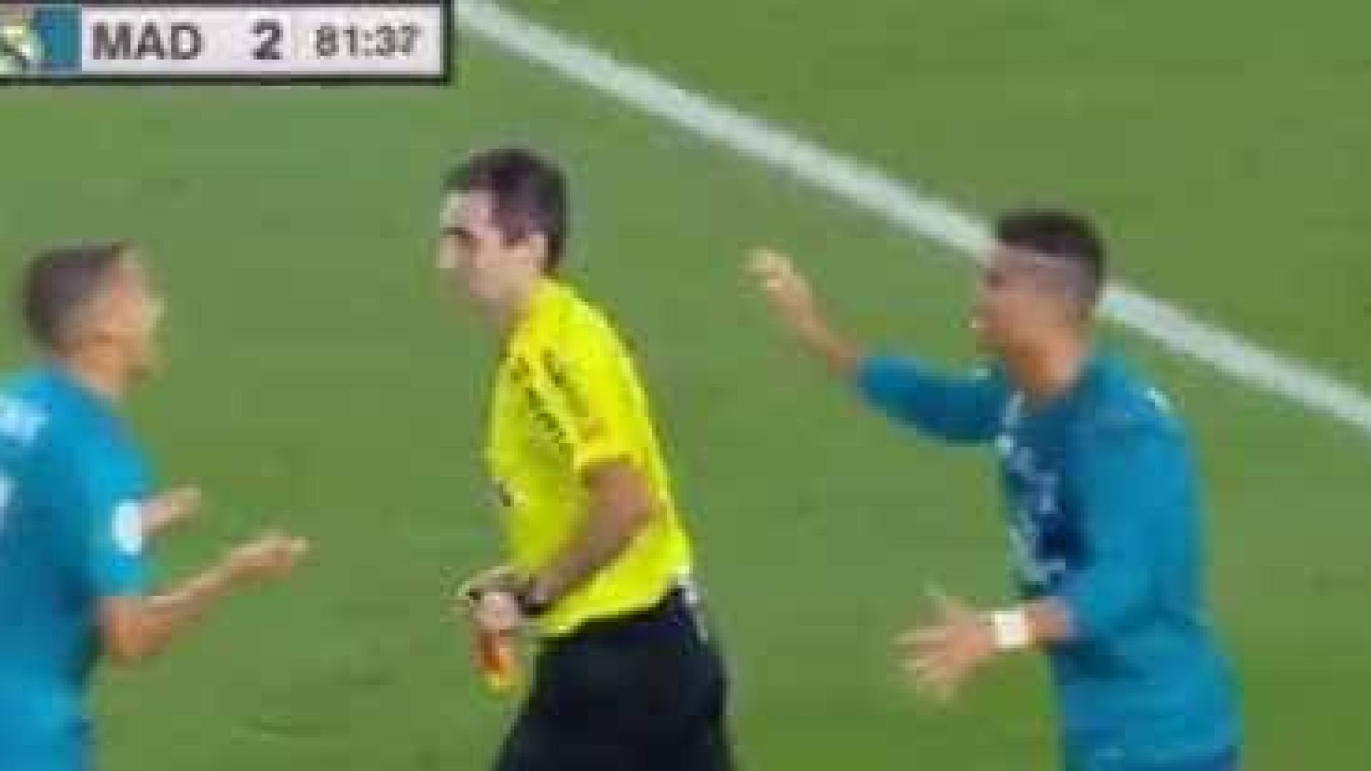 Ronaldo leva segundo amarelo, é expulso e empurra árbitro