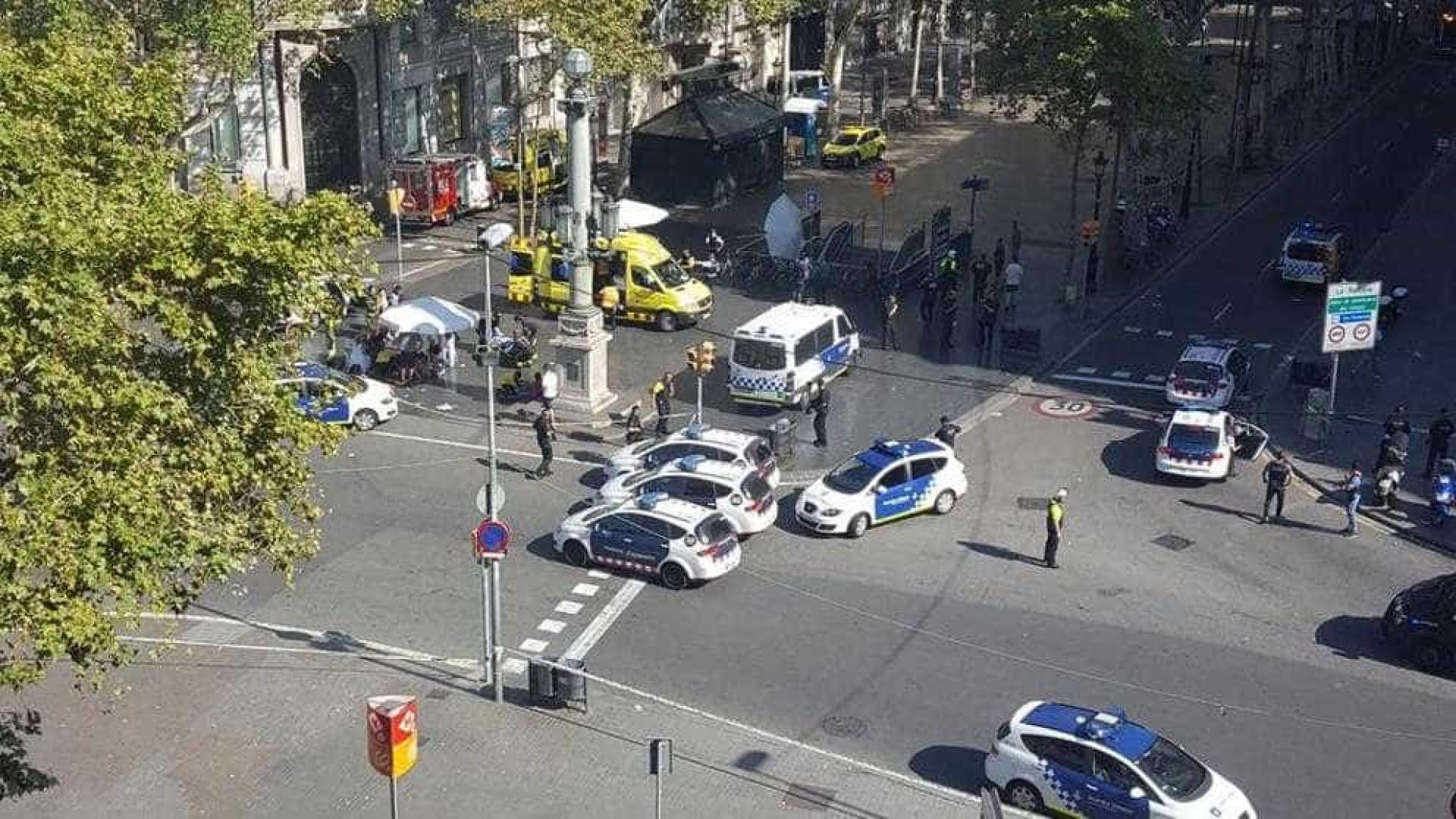 Van atropela dezenas de pessoas em Barcelona