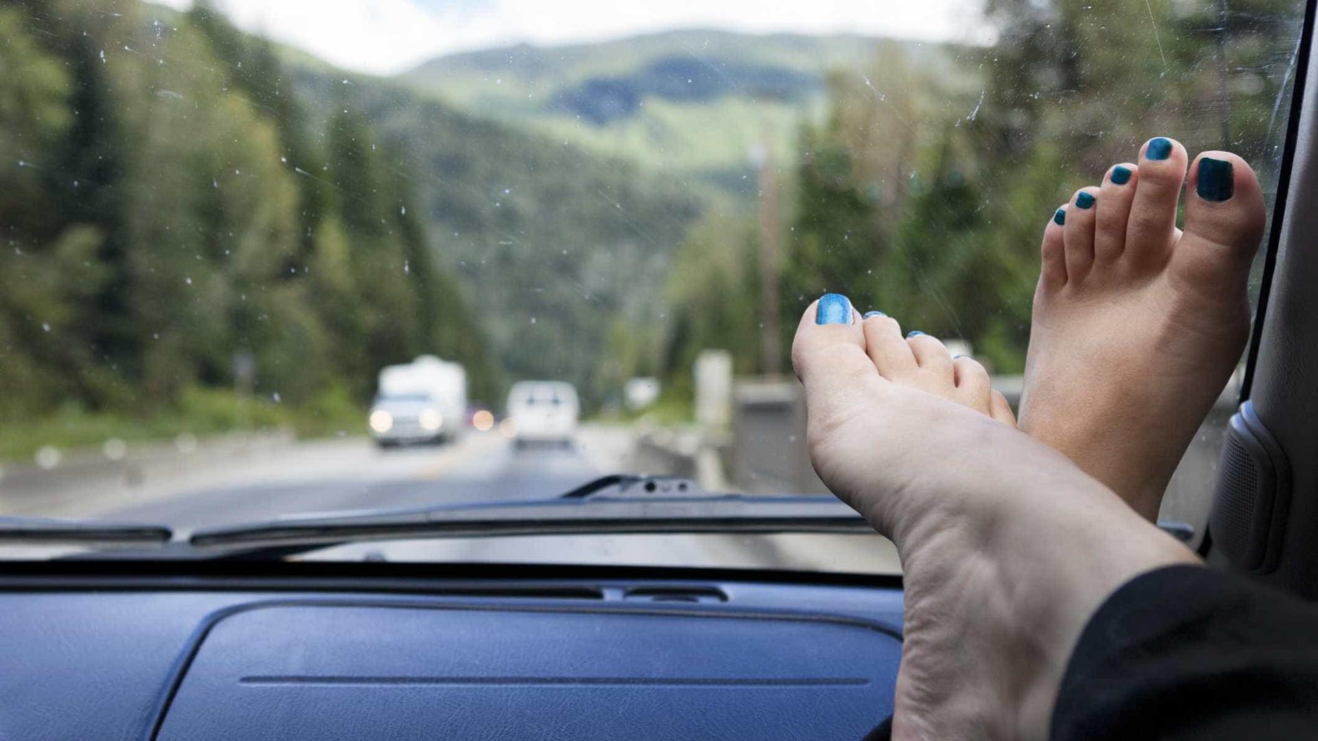 Eis porque nunca deve viajar com os pés no tablier do carro