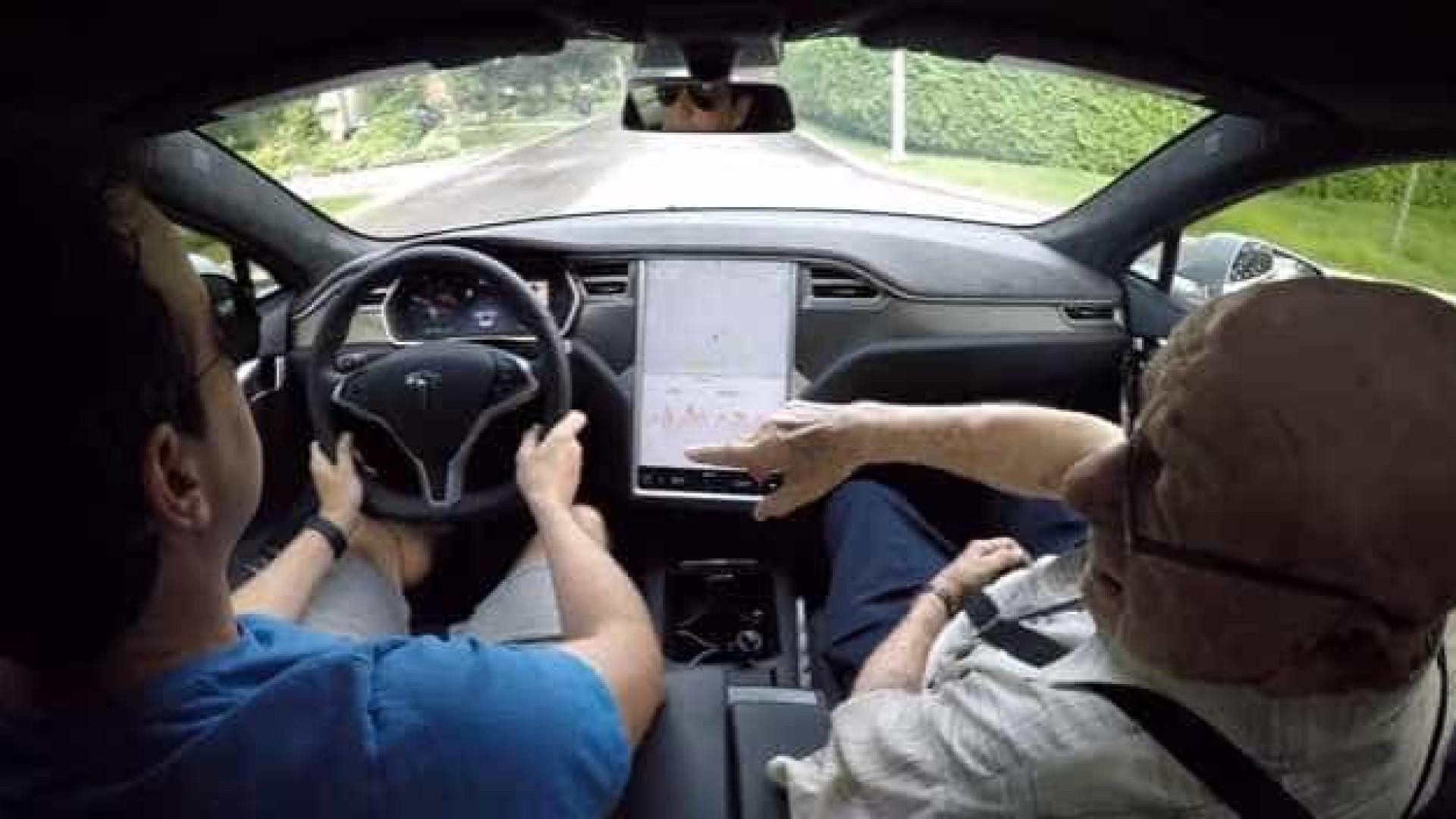 Neto mostrou ao avô de 97 anos como é conduzir um Tesla