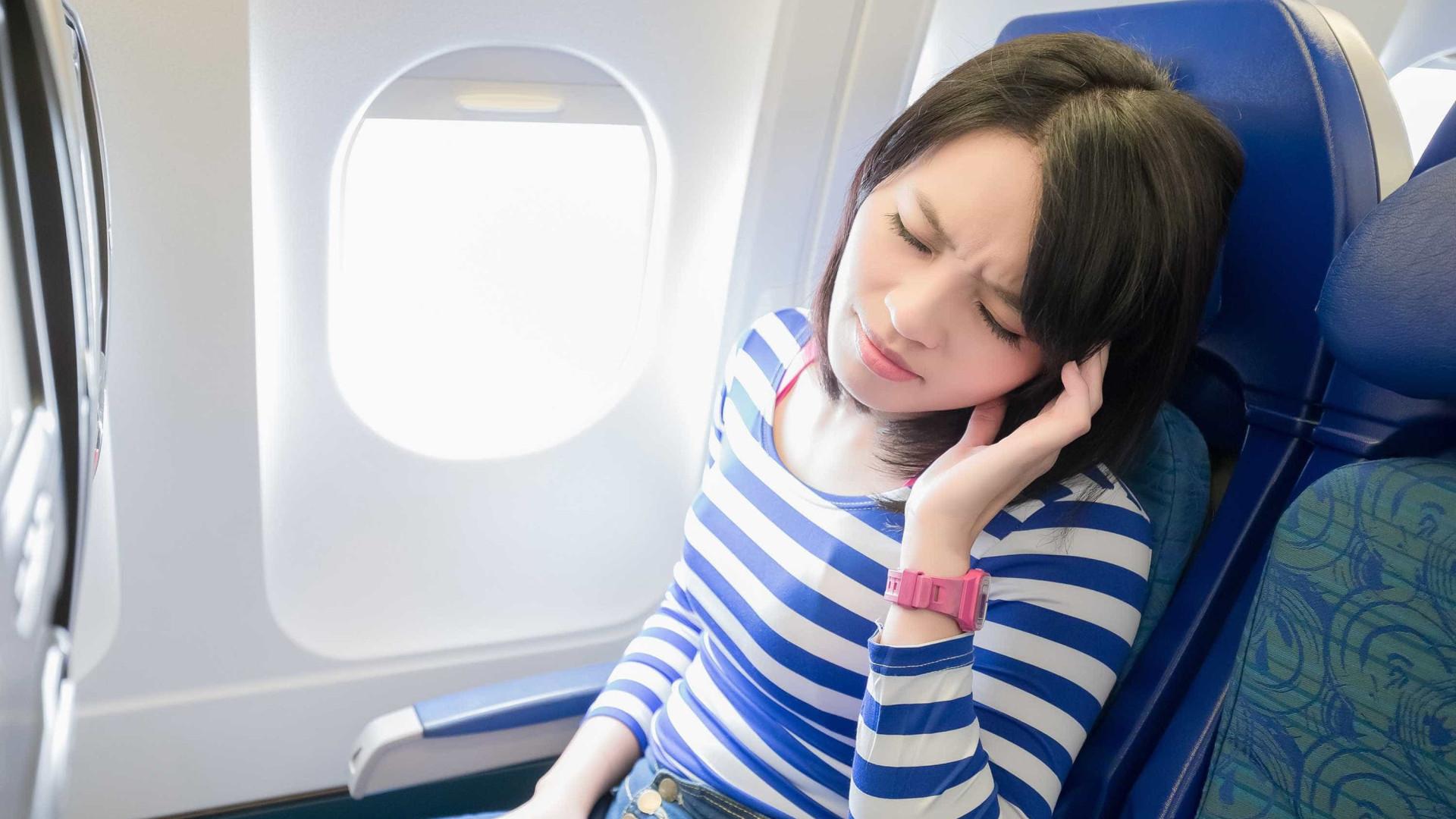 Eis por que os ouvidos 'entopem' quando anda de avião e o que fazer