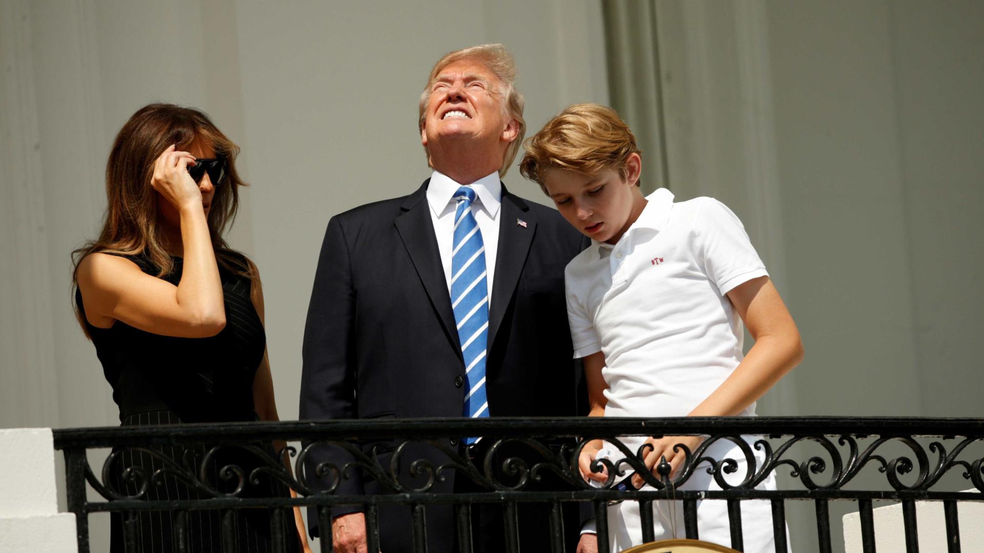 Trump a ver o eclipe sem óculos. A imagem que inundou a redes sociais