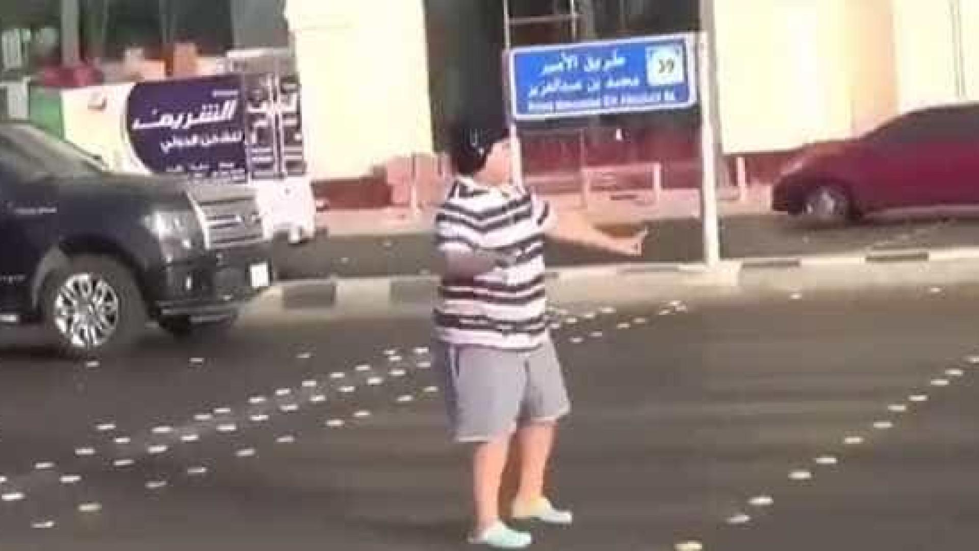 Jovem de 14 anos detido na Arábia Saudita após dançar 'Macarena' na rua