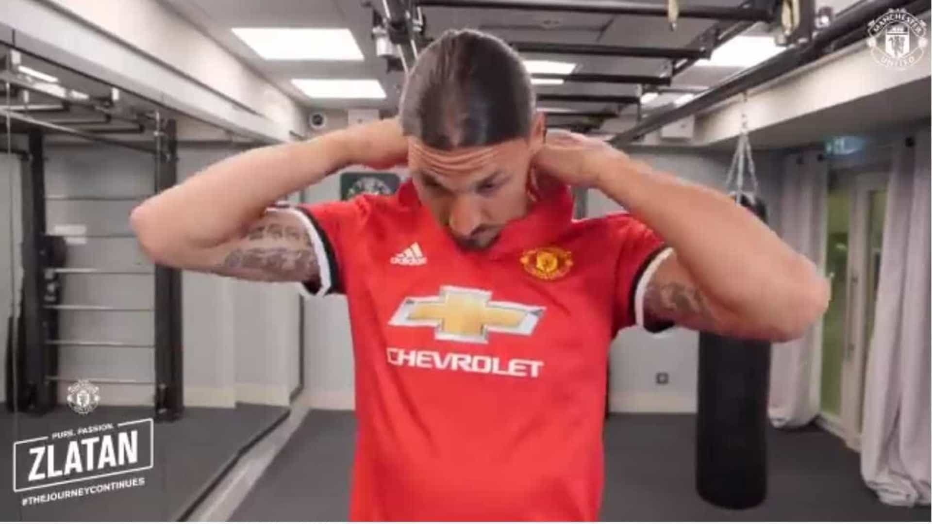 Manchester United apresenta Ibrahimovic... à sua maneira