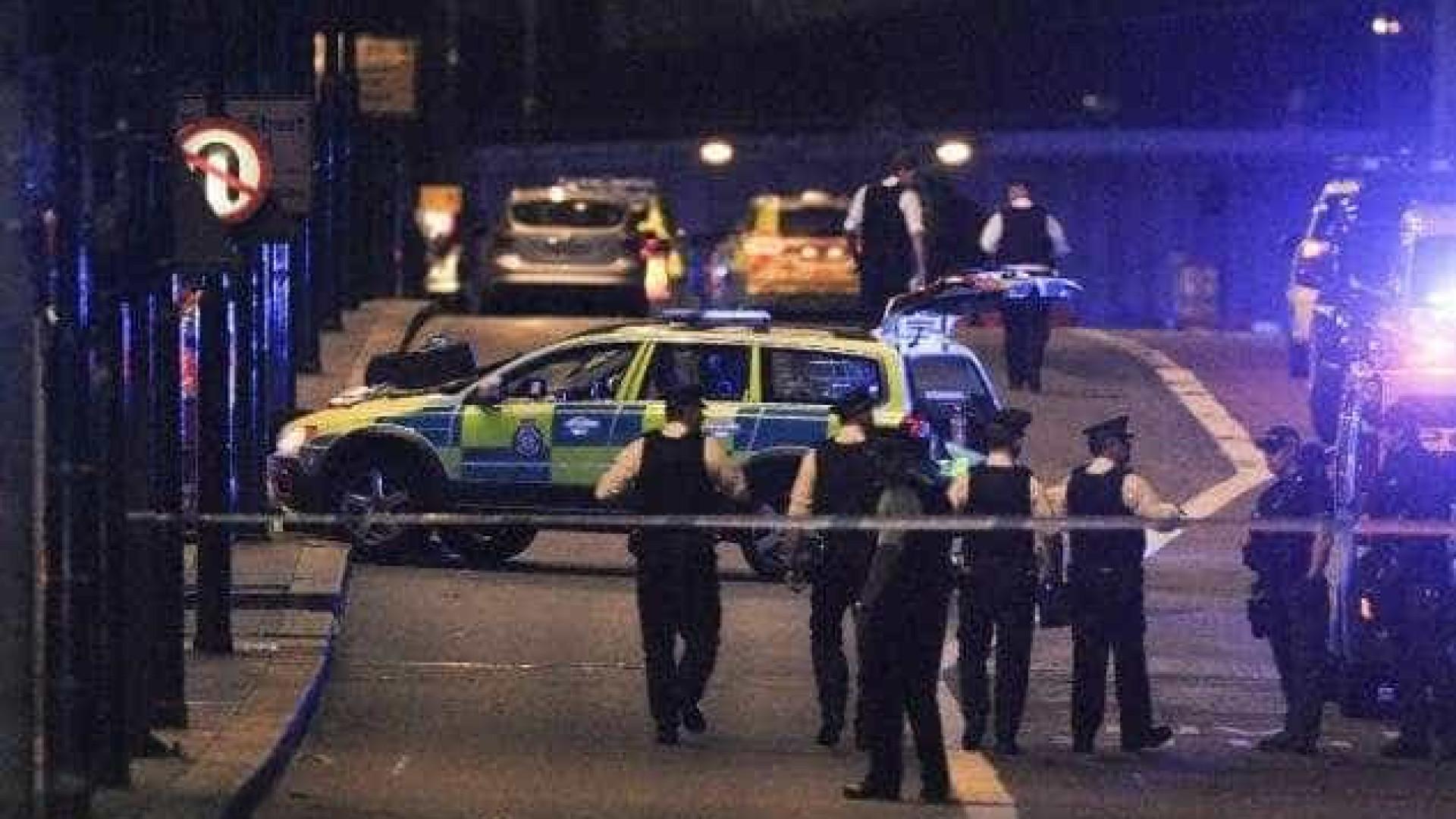 Homem é detido após atacar policial em frente ao Palácio de Buckingham