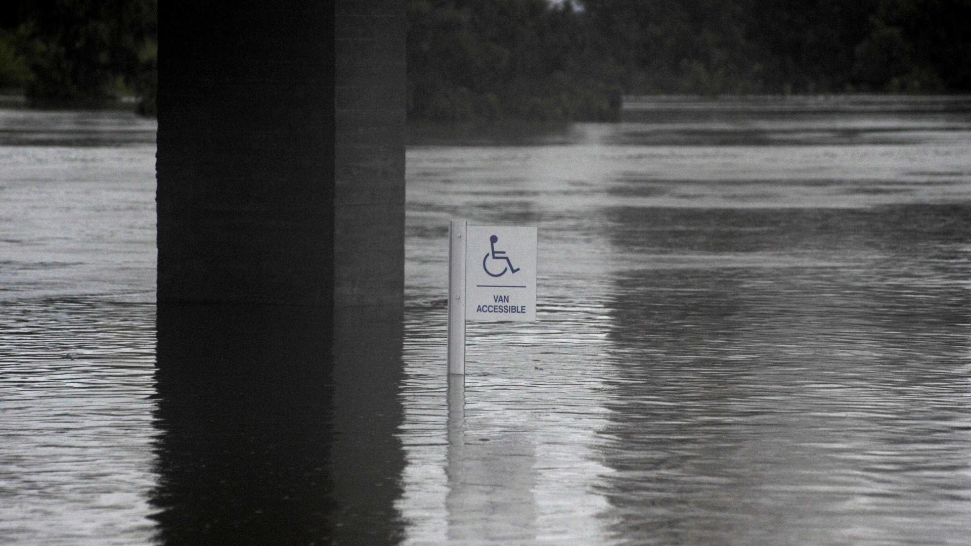 Duas barragens e dique alagam e pioram situação em Houston (EUA)