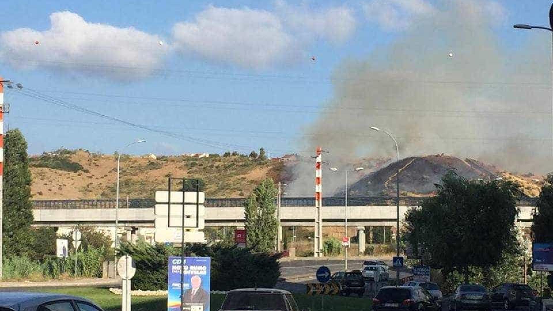 Incêndio interrompe trânsito na Calçada de Carriche, em Lisboa