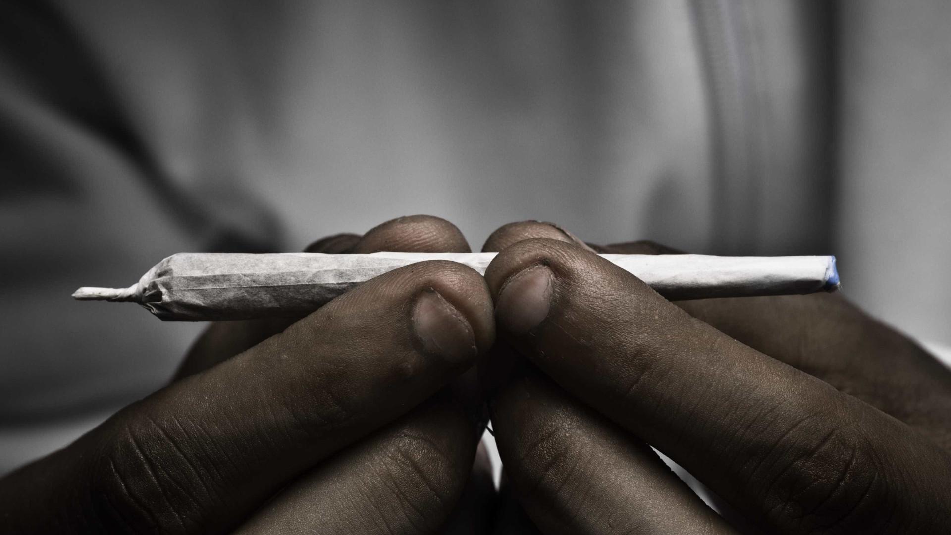 Traficante de droga confunde carro da polícia com táxi