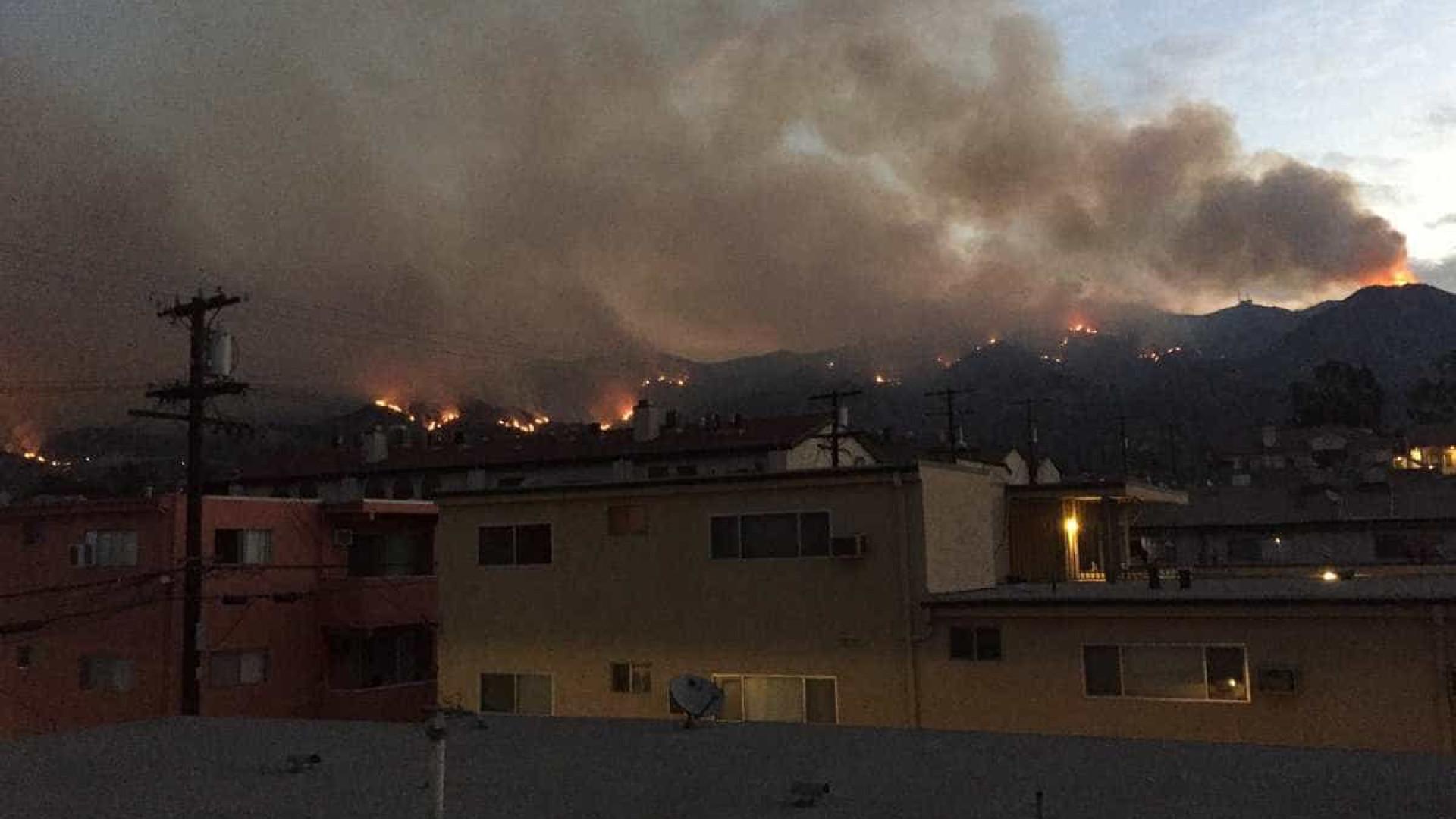Incêndios florestais nos EUA forçam milhares de pessoas a fugir de casa
